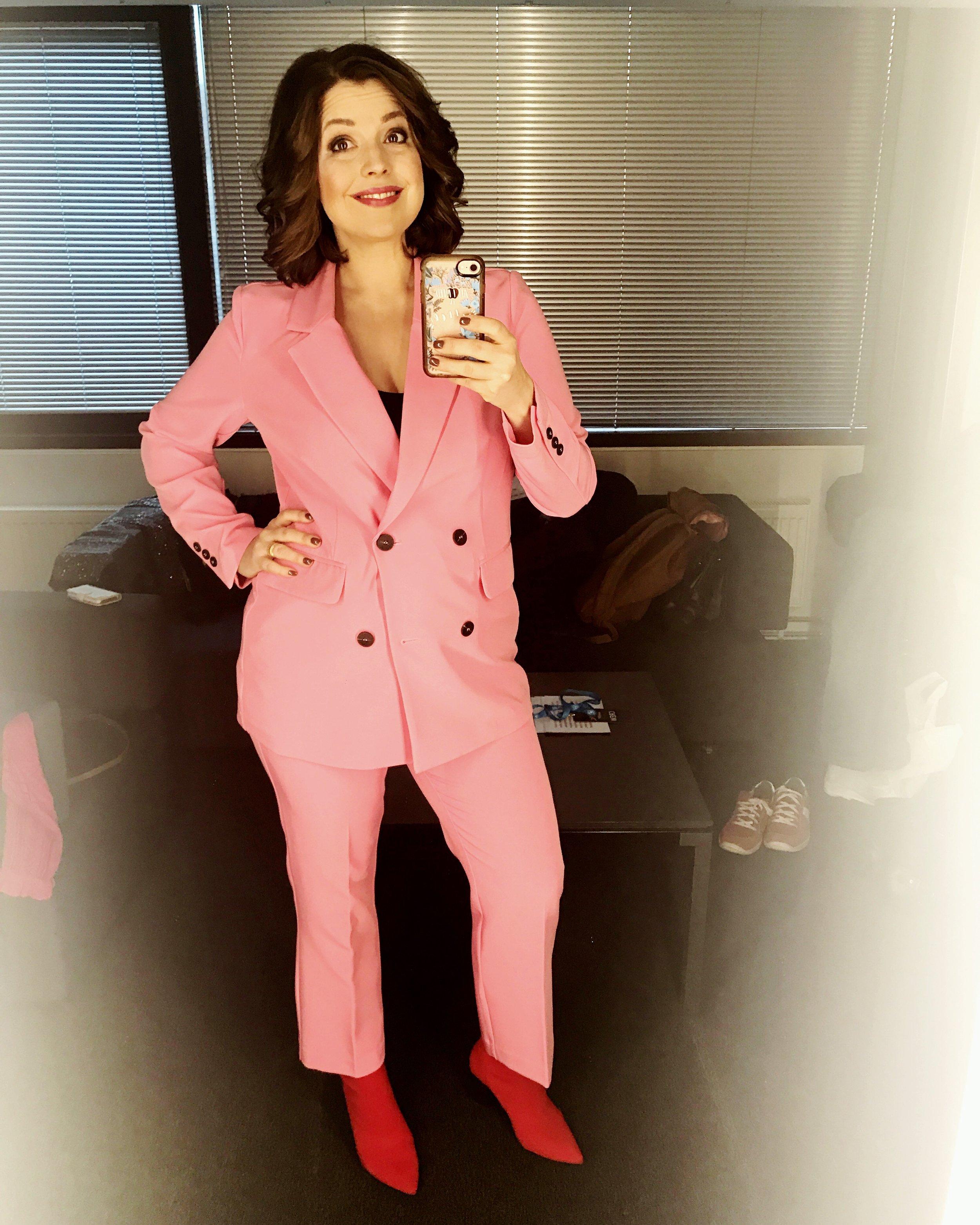 Eurovisions-Eva har rosa kostym.