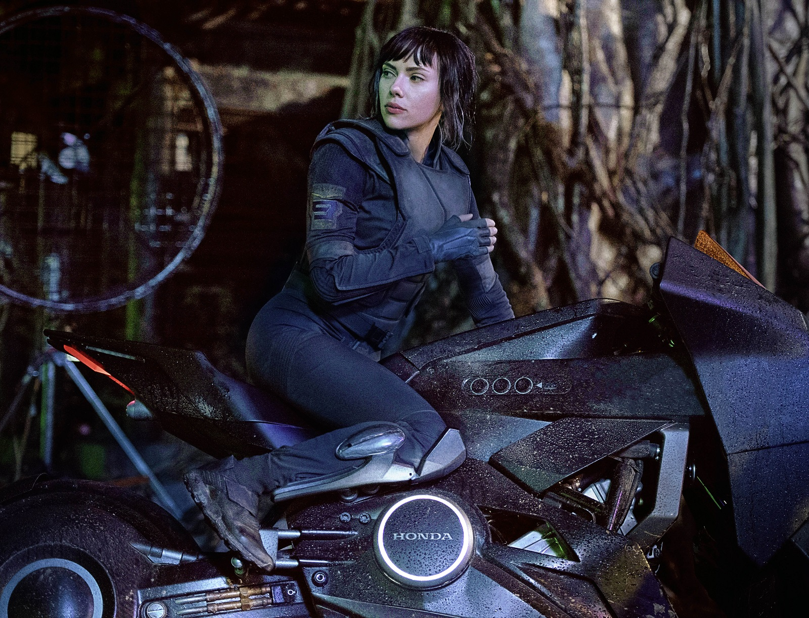 Scarlett_Johansson_Ghost_in_the_Shell_Honda_NM4_Concept_Moto-Mucci (1).jpg