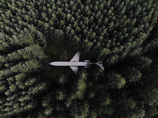 ....a Boeing 727 turned into a livable, forest home. How cool is this? 🌲✈️ ^ ^ ^ ^ ^ ^ ^ #drone #drones #dronestagram #dji #djiglobal #djimavicair #mavicair #fromwhereidrone #dronespace #dronephotography #dronepic #droneworld #droneshots #dronefly #dronenature #oregon #airplanehouse #dronesdaily #dronepals #droneglobe #blackmendroning