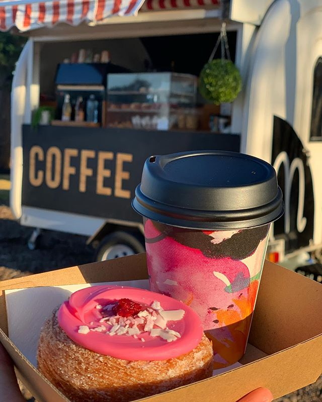 Bright n Sandy Festival Food and Wine Festival! Coffee in pretty cups and cronuts ready for your Sunday splurge 🤤 @biopak.au @fruitbowlproductions #cronuts #brightnsandy #brighton