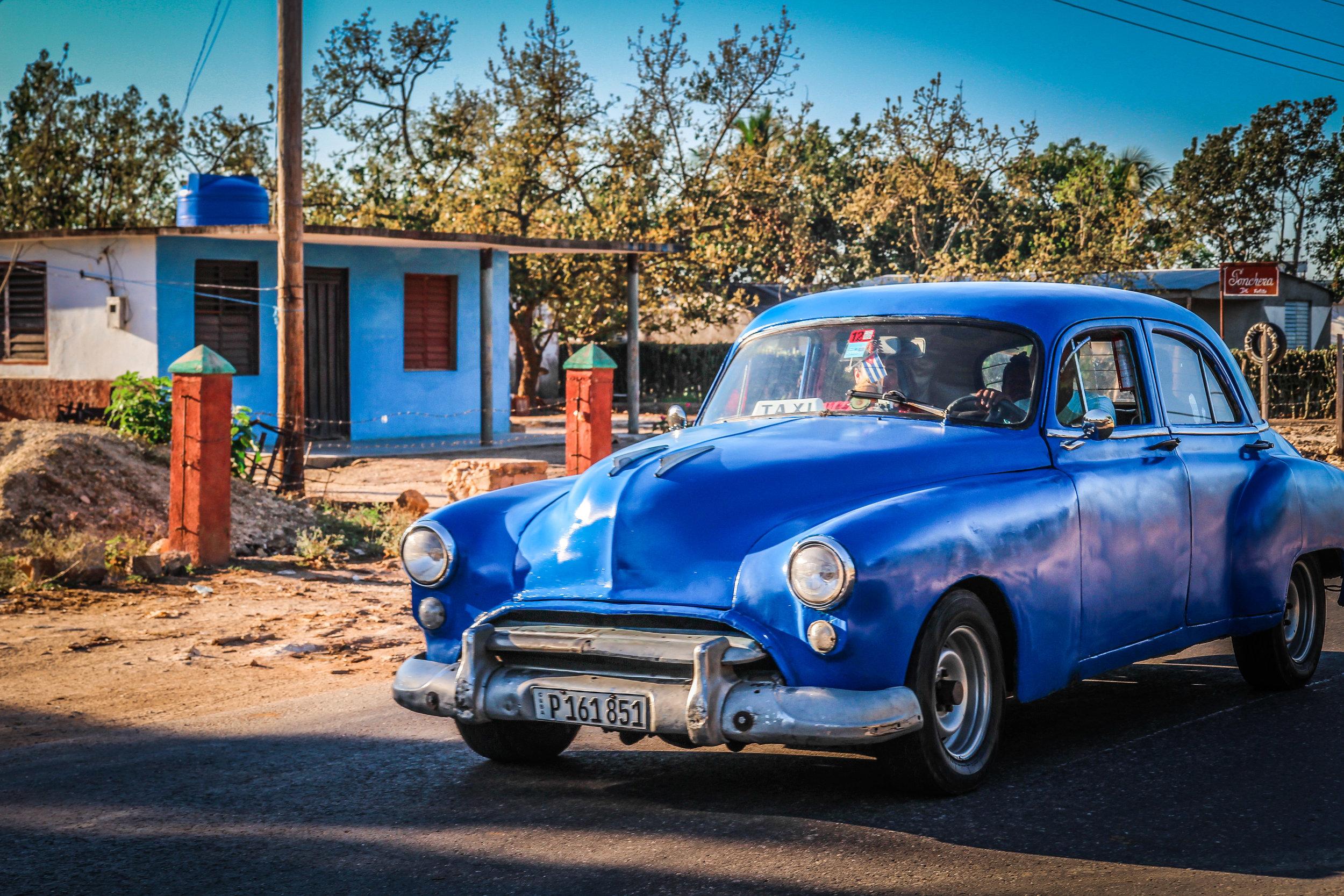 Onderweg naar Trinidad cuba - blauwe oldtimer