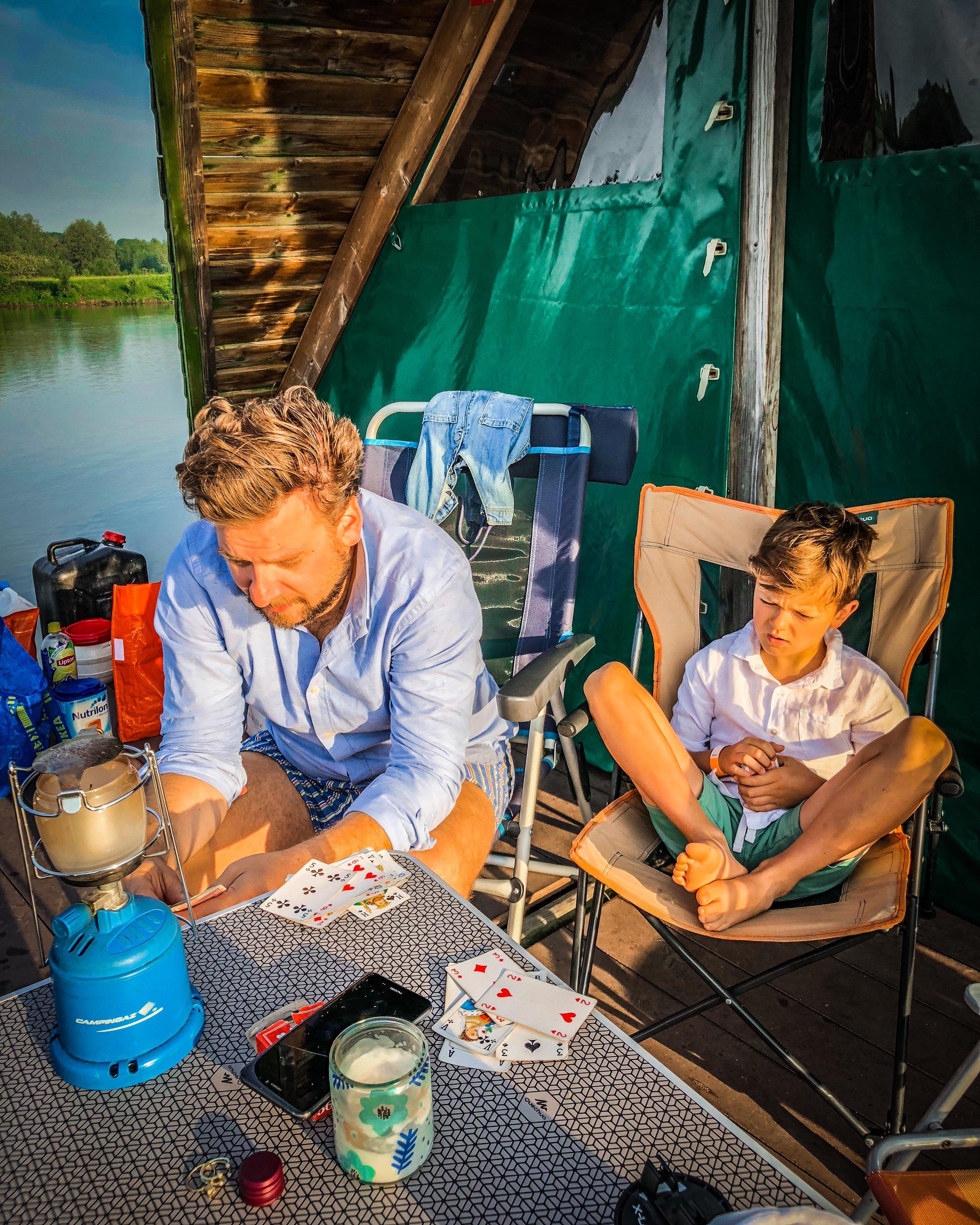 gezelschapsspelletje spelen op camping