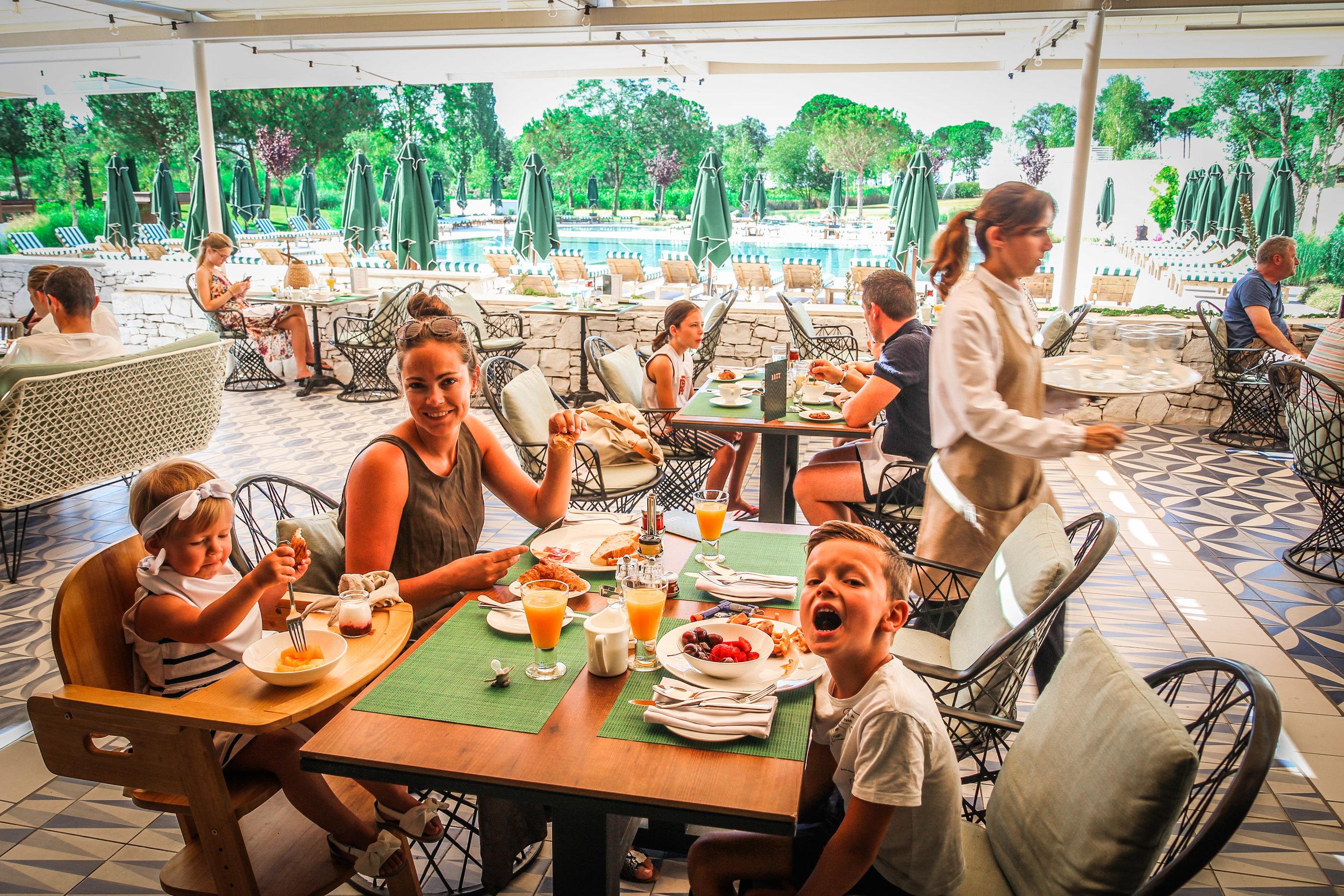 Ontbijt - Zwembad Hotel Camiral Catalunya