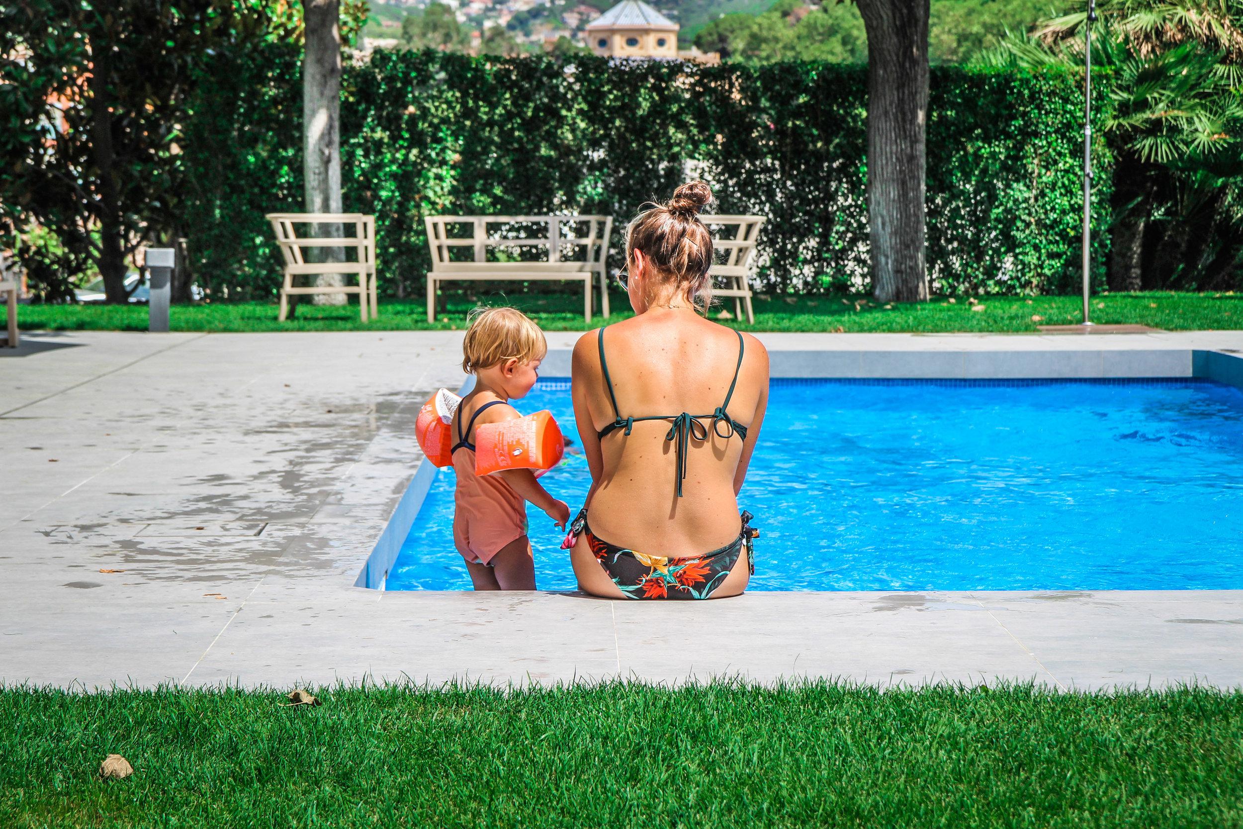 Arrey Alella Hotel - Zwembad moeder dochter