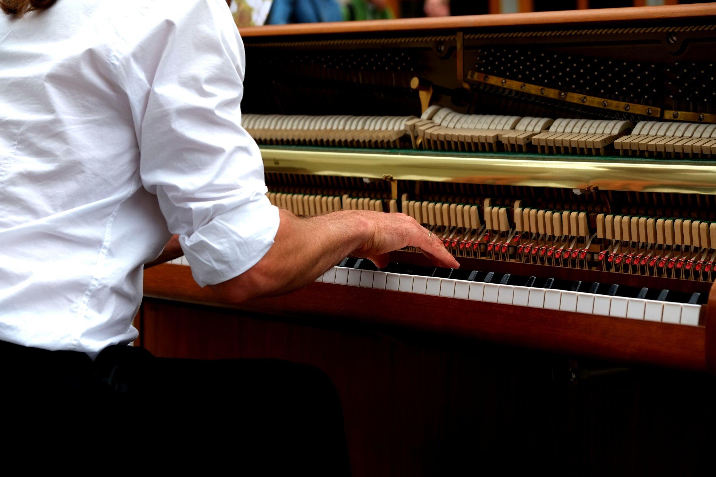 hand-hands-music-210907.jpg
