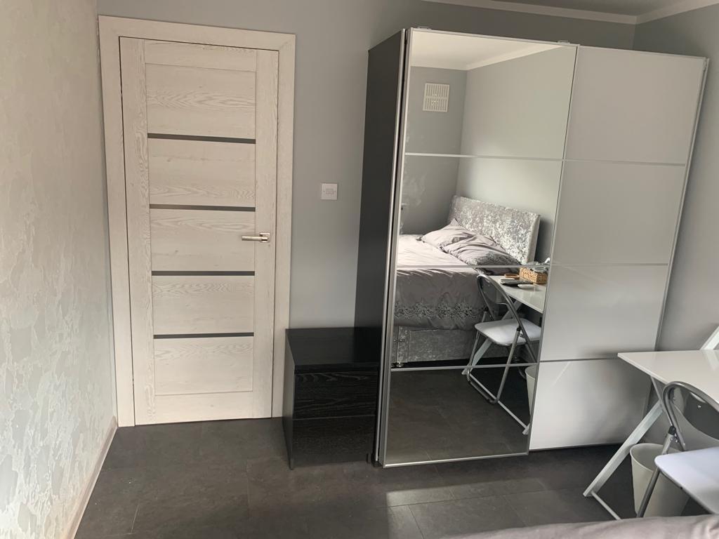 Jobs - room1 wardrobe.jpg