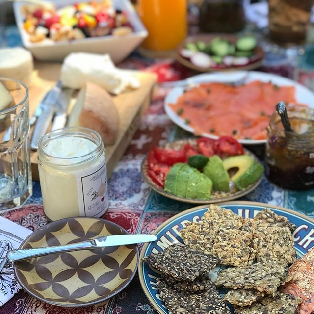 Who else is enjoying a meal outdoors ⛅️? Happy MDW! ⁣ .⁣ .⁣ .⁣ .⁣ #cultcrackers #crackers #organic #eatrealfood #cheeseandwine #partyfood #glutenfreefood #freefrom #glutenfreefollowme #wheatfree #glutenfreefoodie #glutenfreeeats #goodfats #brunch #glutenfrei #glutenfreelifestyle #gf #nogluten #garlicgoodness #avocado #eater #instafood