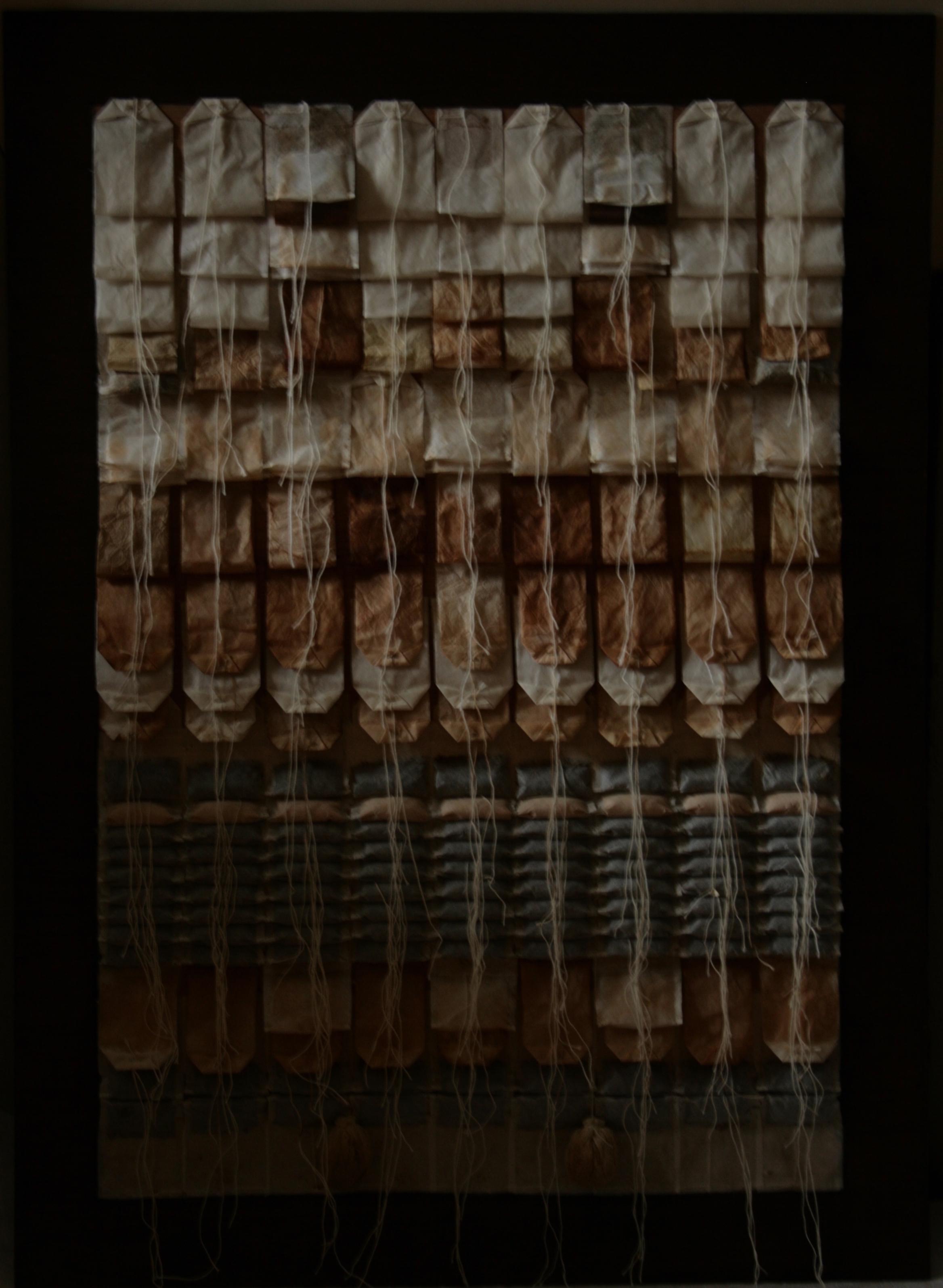 SACHETS DE THÉ - Armèn Rotch (2008) - Sachets de thé assemblés et collés sur un fond en bois peint.