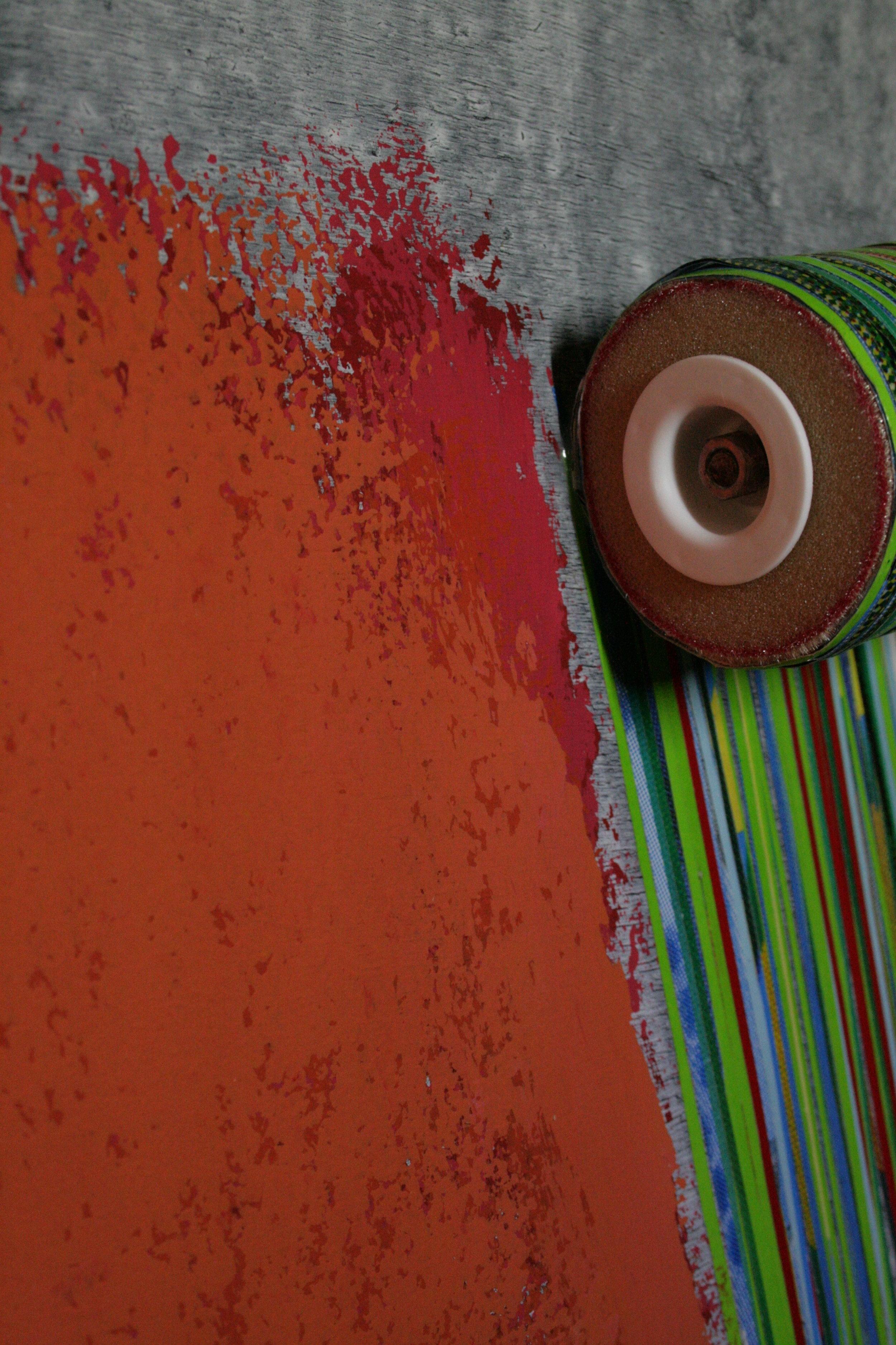 ROULEAU - Pavlos Dionyssopoulos (1994) - Oeuvre composite (Bois, peinture acrylique, lés de papier massicoté, rouleau plastique et PVC).Encadrement sous Plexiglas®. 51 x 71 cm.