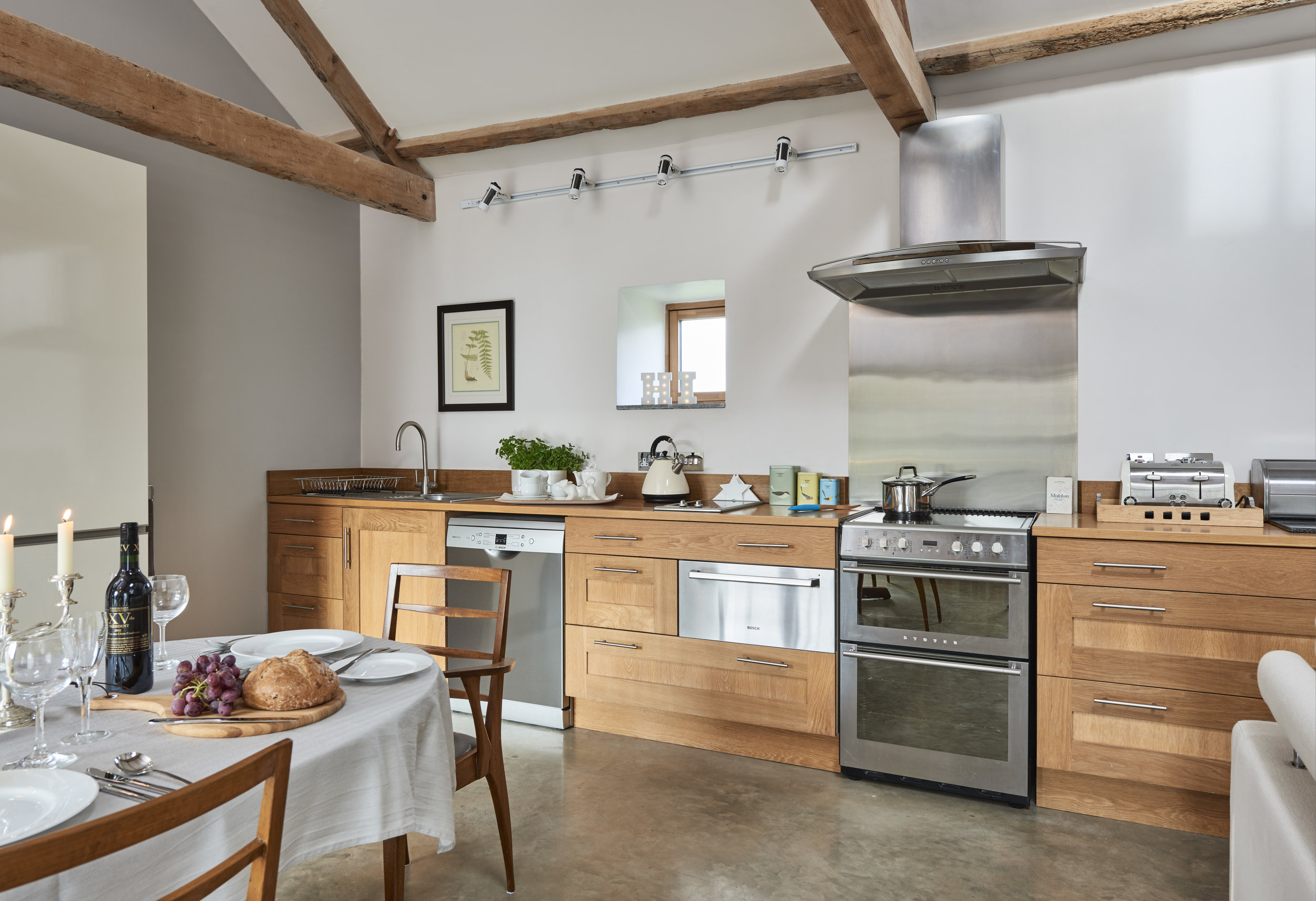 The fully equipped solid oak kitchen