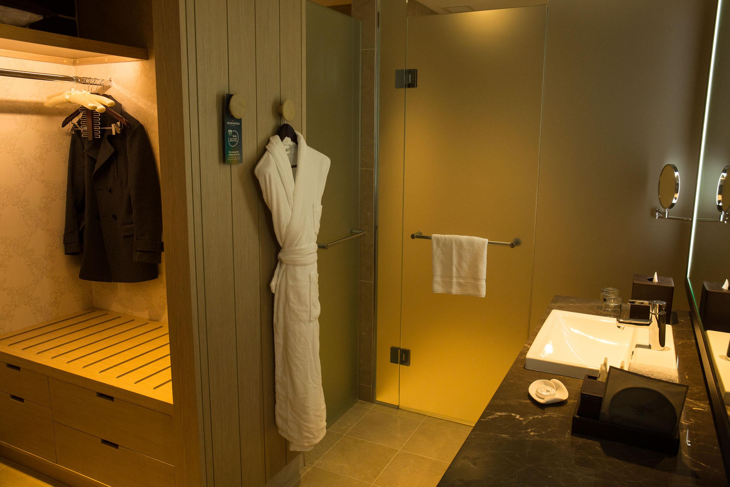 Sofitel Sydney Darling Harbour (Bathroom).jpg