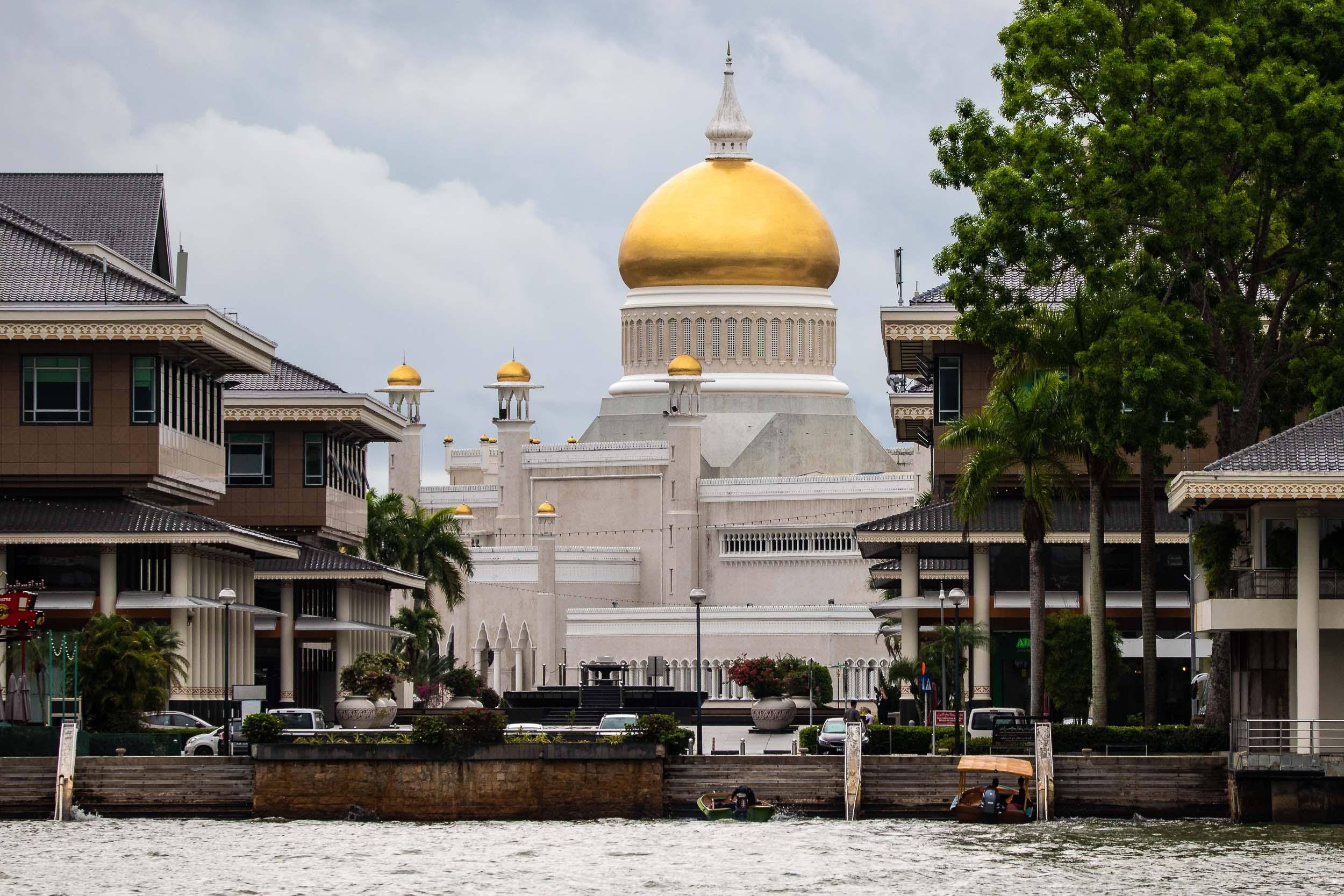 Sultan Omar Ali Saifuddien Mosque from Kunyit 7 Lodge,