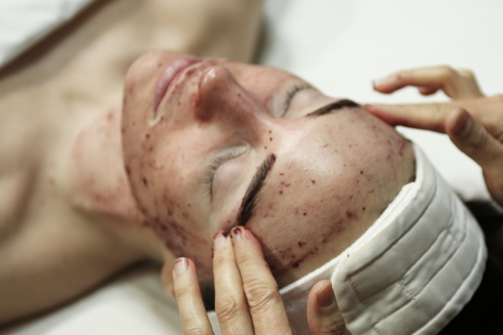 EXPRESS FACIAL   A relaxing treatment that improves skin health and appearance in just 30 minutes. Includes cleansing, 2-in-1 exfoliation/hydrating mask under steam, toner, serum, and moisturizer.  30-minute session: $40