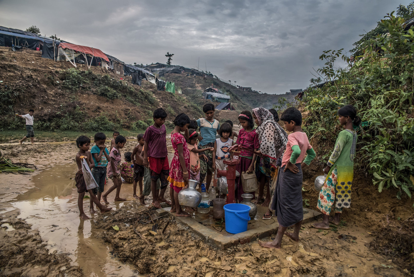 Photo:    Aurélie Marrier d'Unienville    - A group of Rohingya children wait their turn to collect drinking water for their families in Balukhali camp, Bangladesh.