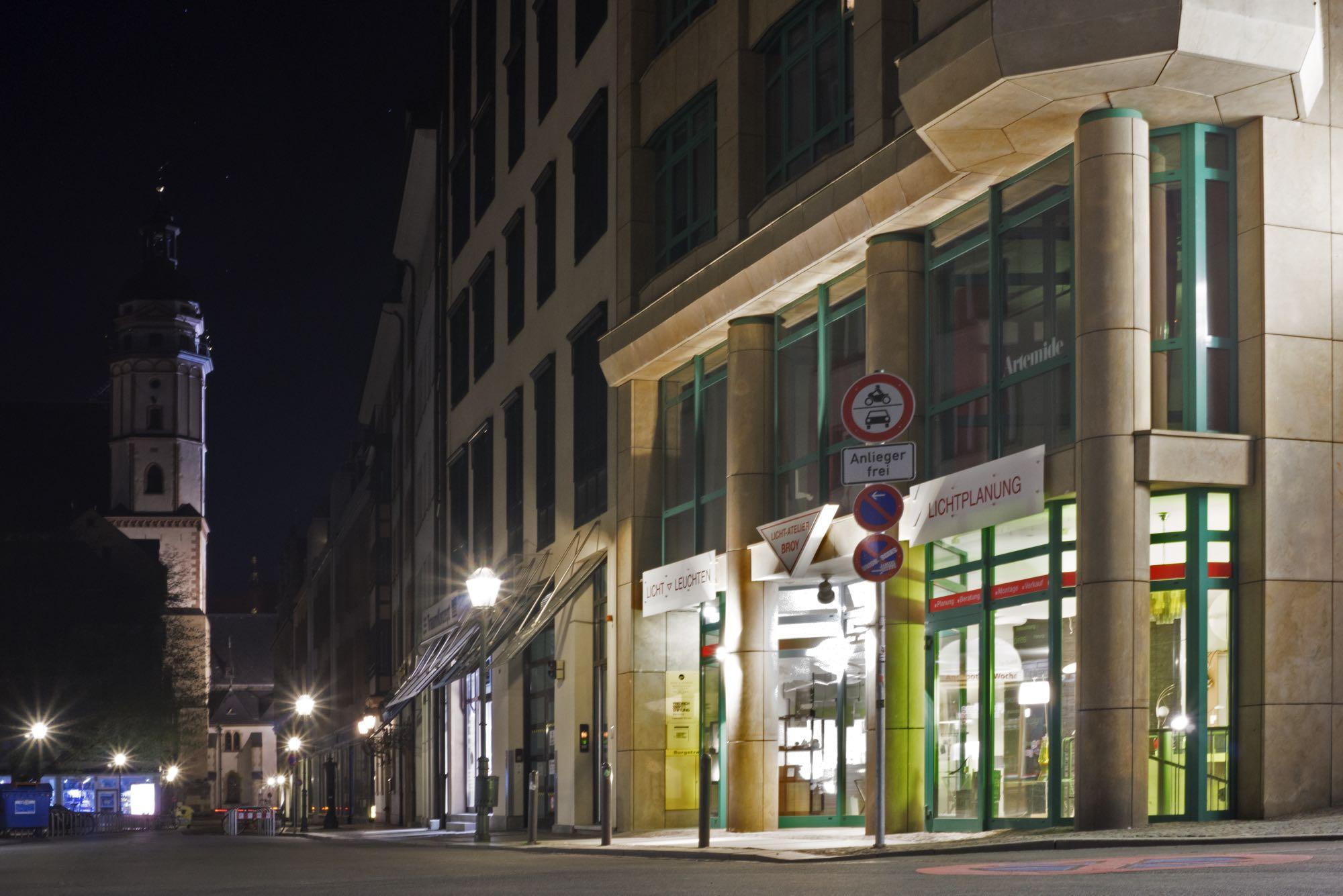 atelier-broy-aussen-leipzig-leuchten-nachts.jpg