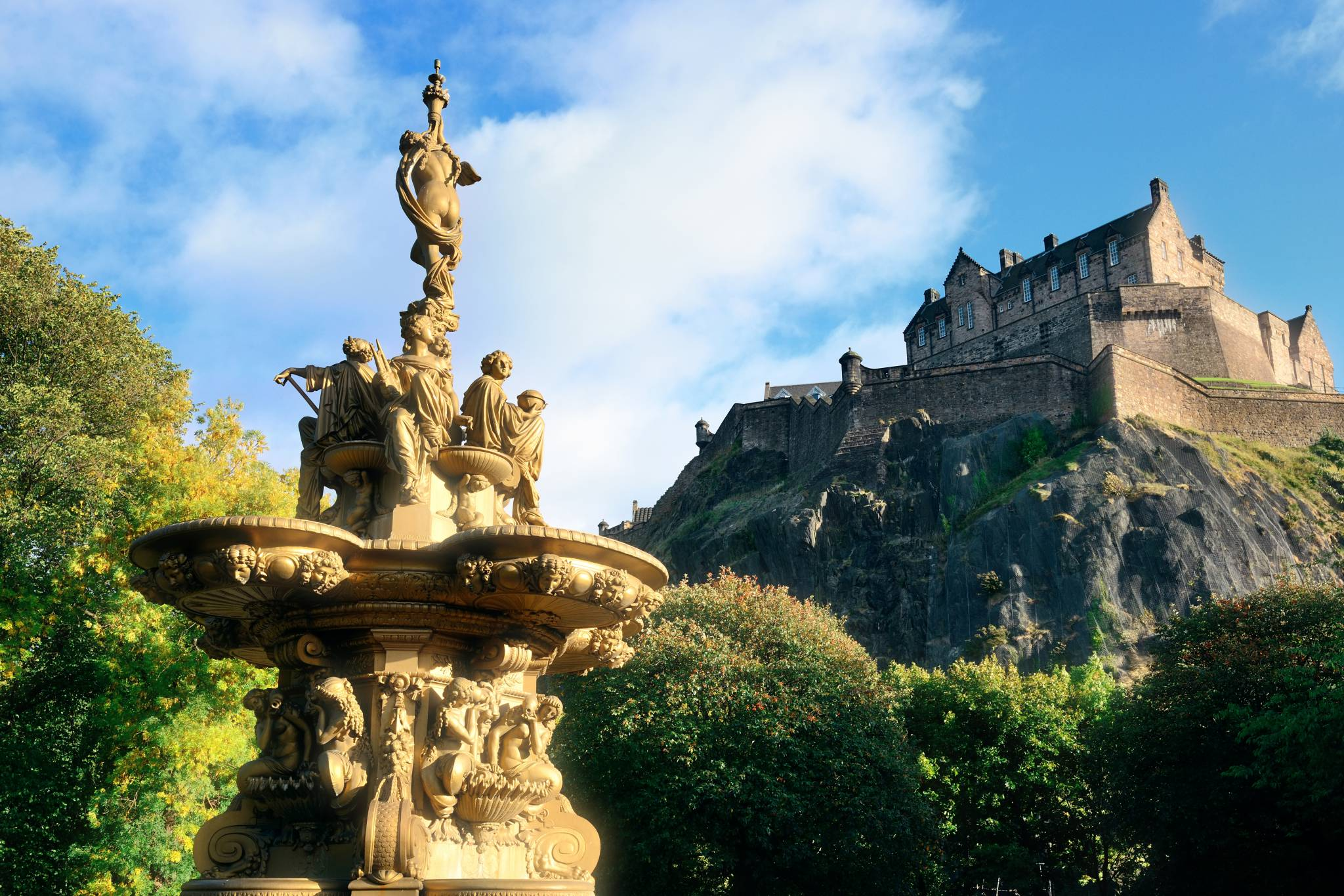 Visit Edinburgh Castle with eTips Travel Guide for iPhone, iPad & AppleWatch