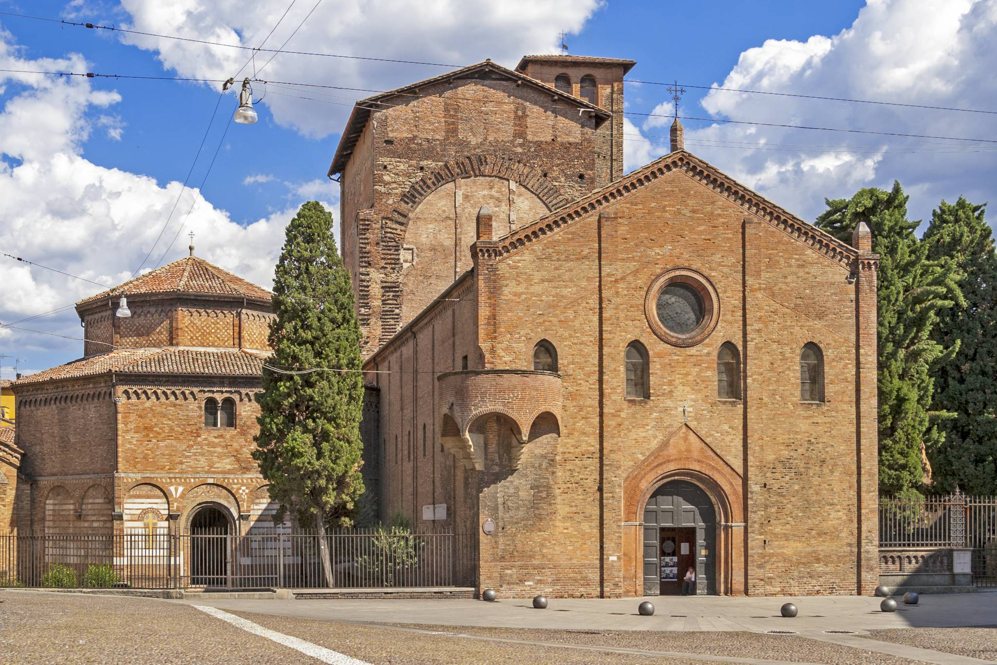Travel to Bologna with eTips Travel Guide and offline map