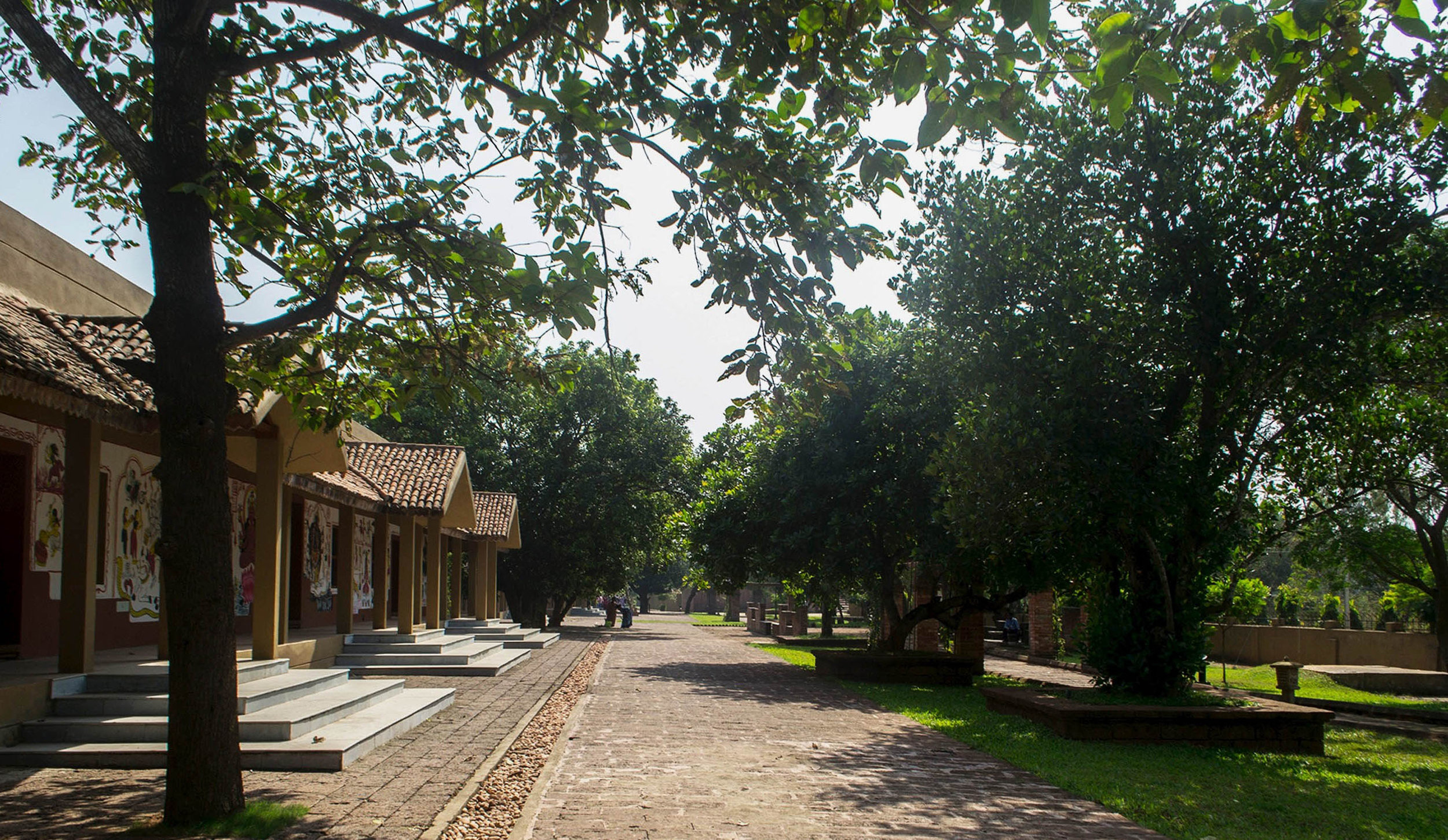Ceremonial pathway passing along the  kund  acts an an abstraction of the  Ratha  driveway