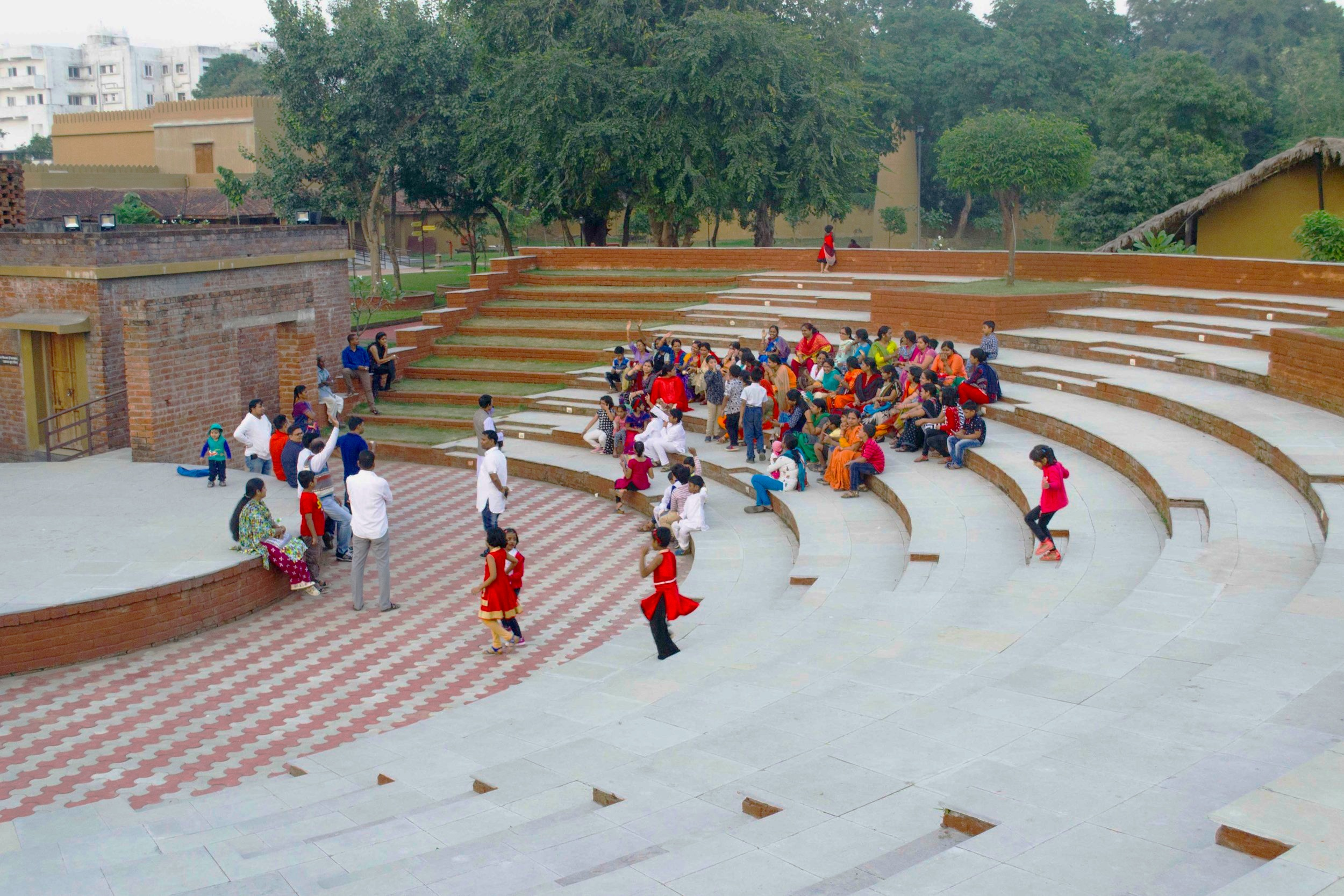 Amphitheatre in axis with the ceremonial road