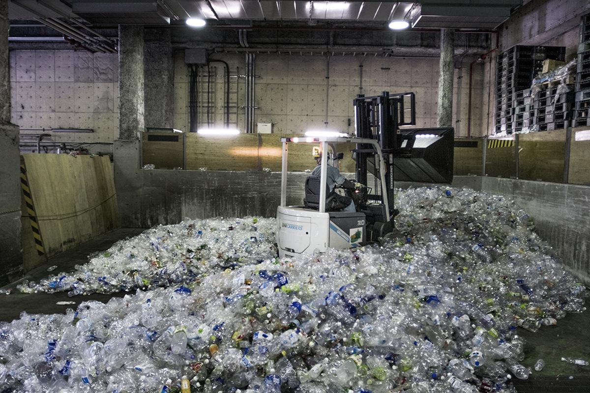 Japan, Tokyo, Minato, 18 August 2016Minato resource recycle center, plastic, cans, pet bottles are being recycled here.Kadir van Lohuizen / NOOR