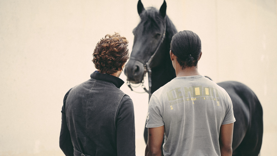 France, Marseille, 30 september 2014.First contacts with the horse Silence. Most prisoners never ride a horse, at first they are intimidated by the animal. Accompanied by Manolo of the Théâtre du Centaure, one of the prisoners meets Silence, they observe each other.Francesca Todde / NOOR