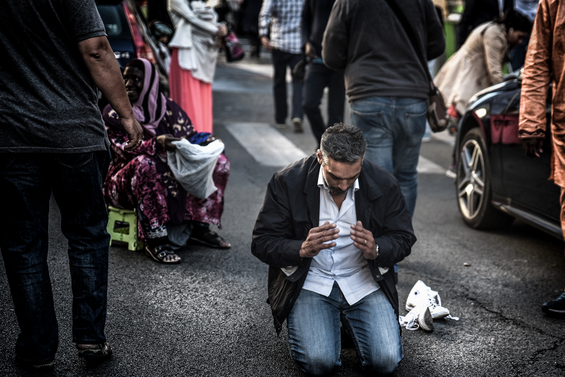 On the morning of the Eid el Kebir, one of the most important celebration for the Muslim community, a man arrives late for the morning prayer at the Grande Mosque in Paris, and ends up praying on the street.