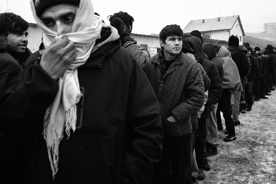 Every day, at 1 pm, hundreds of refugees line up to eat a hot meal under the eyes of a small team of Serbian police officers. Volunteers from all over Europe distribute nearly 1,000 meals a day.