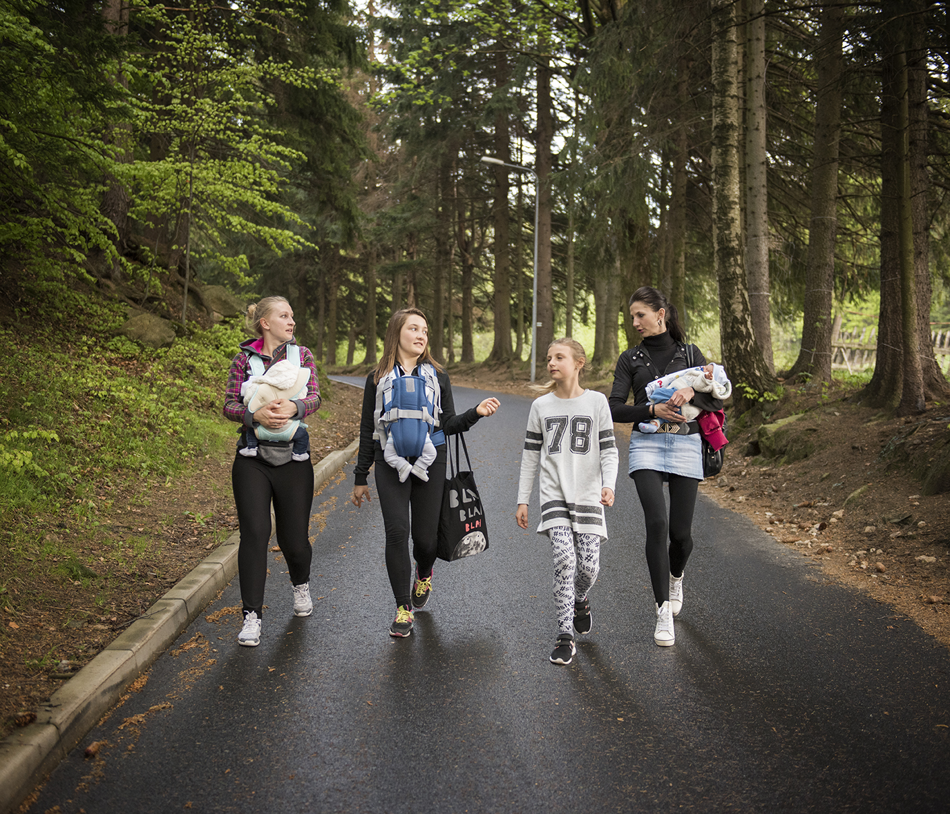 Basia, Dominika, Magda and Emilka are going trekking. A few times a year doll lovers and collectors gather to spend time together and exchange experiences, like all new mummies do. One of them, Dominika is a teenager .Knowing she's too young to have kids she adopted a doll to fulfil her strong maternal instinct.