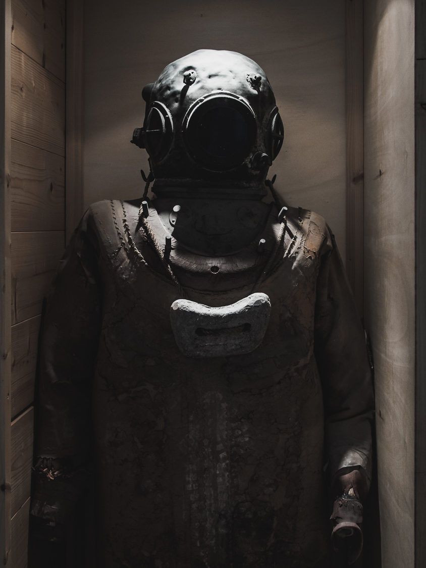 The diving suit was the first equipment used by man to explore the seabed.