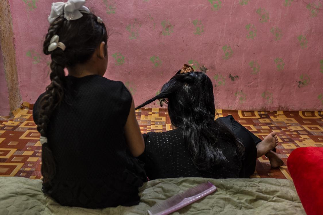 Fatma braids her aunt Shadia's hair. Iraq, 02/10/2018