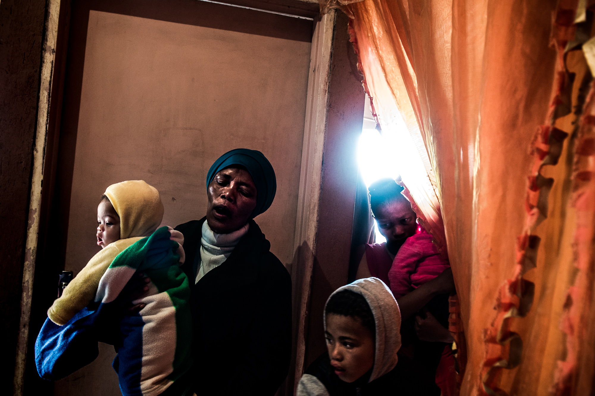 South Africa, Petrusville, 04.08.2018 // Vanessa (18), the daughter of a farmworker, died after an accident on the road. Family and friends sing during the presentation of the body in the squattercamp of Petrusville, Northern Cape. // Lucas Bäuml