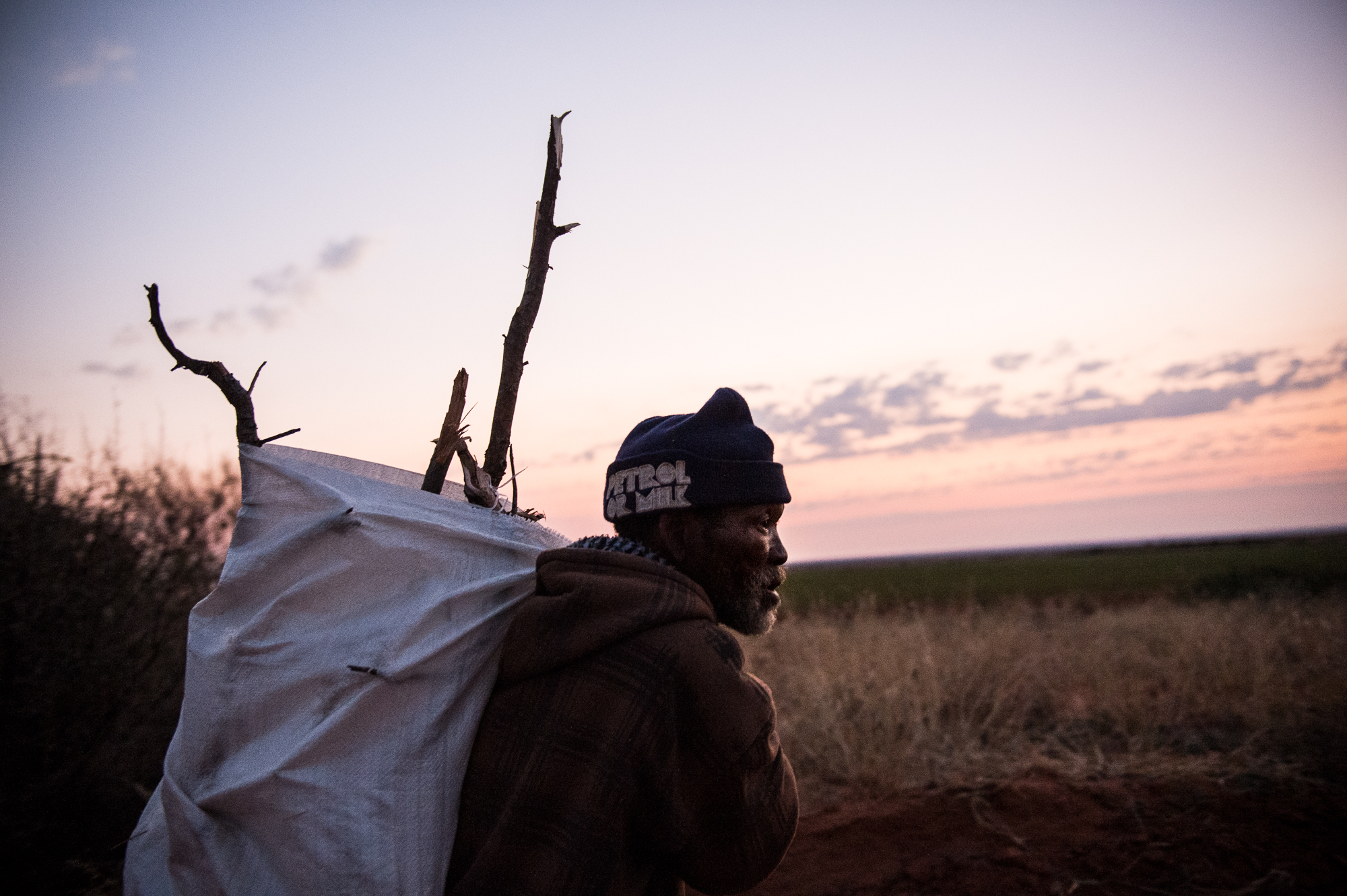 South Africa, Northern Cape, 03.08.2018 // A farmworker collecting firewood after work. In the Karoo Desert, the temperature can drop below 0 °C at night. // Lucas Bäuml