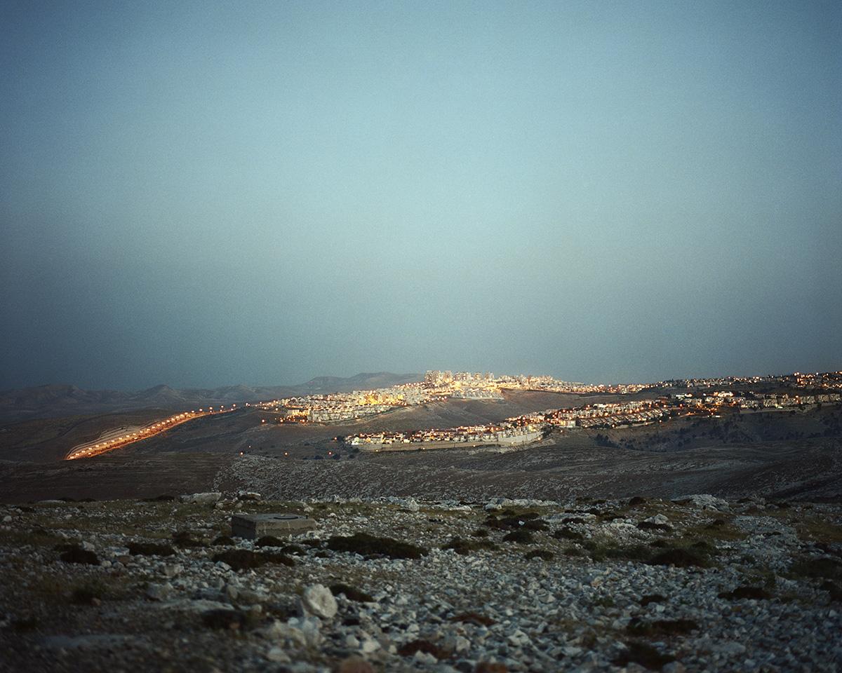 12. April 2013. Ma'ale Adumim, Westjordanland. Ma'ale Adumim ist die drittgroesste Siedlung im Westjordanland. Juedische Siedlungen sind auch bei Nacht gut zu erkennen, weil sie deutlich besser beleuchtet sind als palaestinensische Doerfer und Staedte. Rund 400000 israelische Siedler leben im Westjordanland, weitere 200000 im annektierten Ostjerusalem. Saemtliche juedischen Siedlungen in Gebieten, die im Sechstagekrieg von Israel erobert wurden, bewerten die Vereinten Nationen (UN) gemaess der 4. Genfer Konvention als illegal.Engl.: April 12, 2013. Ma'ale Adumim, West Bank. Ma'ale Adumim is the third largest settlement on the West Bank. Jewish settlements are easily recognizable also at night, because they are distinctly better lit than Palestinian villages and cities. Around 400,000 Israeli settlers live in the West Bank, a further 200,000 in annexed East Jerusalem. The United Nations (UN) considers all Jewish settlements in territories captured by Israel during the Six-Day War as illegal in accordance with the Fourth Geneva Convention.