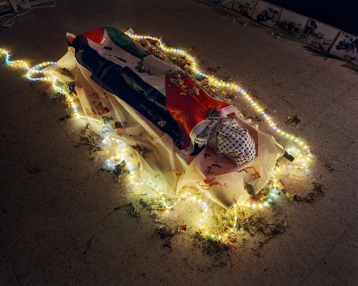 4. April 2015. Jenin, Westjordanland. Rund um den Gedenktag zur Schlacht von Jenin wurde im Gemeindezentrum ein 'Zimmer zu Ehren des Maertyrers' eingerichtet. 'Maertyrer' werden Muslime genannt, die bei der Verteidigung ihres Lands, Familie oder Besitztums sterben. Im engeren Sinn Palaestinenser, die im Konflikt mit Israel getoetet werden, und Selbstmordattentaeter. Die Schlacht von Jenin fand im April 2002 waehrend der Zweiten Intifada im Fluechtlingslager von Jenin statt. Die Israelischen Verteidigungsstreitkraefte zerstoerten Teile des Lagers, weil sie so die zu dieser Zeit haeufigen Selbstmordattentate bekaempfen wollten. 52 bis 54 Palaestinenser und 23 israelische Soldaten wurden getoetet. Yasser Arafat sprach nach der Schlachtin Anlehnung an Stalingrad von 'Jeningrad'.Engl.: April 4, 2015. Jenin, West Bank. A 'Room in honor of the Martyrs' is set up at the community center around the time of the Memorial Day for the Battle of Jenin. 'Martyrs' are called Muslims who die in defense of their land, family or property. In the narrower sense, Palestinians killed in conflict with Israel and suicide bombers. The Battle of Jenin took place in April 2002 during the Second Intifada in the Jenin refugee camp. The Israel Defense Forces destroyed parts of the camp with the intention of combatting the frequent suicide bombings at the time. Between fifty-two and fifty-four Palestinians and twenty-three Israeli soldiers were killed. After the battle, Yasser Arafat spoke of 'Jeningrad' with reference to Stalingrad.