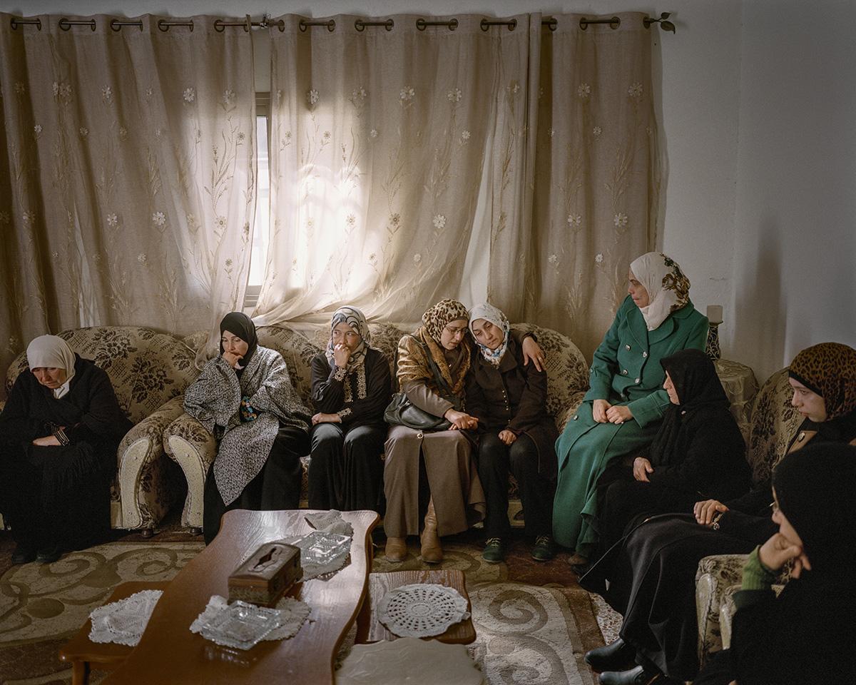 5. Dezember 2015. Aboud, Westjordanland. Palaestinensische Frauen trauern um Abed al-Rahman Barghouthi (26), der von den Israelischen Verteidigungsstreitkraeften erschossen wurde. Abed habe eine Messerattacke auf einen Soldaten ausfuehren wollen, sagen die Israeli. Abed sei kaltbluetig erschossen worden, danach haetten die Israeli ein Messer neben seinen toten Koerper gelegt, sagen die Palaestinenser. In dieser Zeit fanden fast taeglich Messerattacken von Palaestinensern statt, die Angreifer wurden in der Regel auf der Stelle erschossen.Engl.: December 5, 2015. Aboud, West Bank. Palestinian women mourn Abed al-Rahman Barghouthi (26), who was shot by the Israel Defense Forces. According to the Israelis, Abed wanted to attack a soldier with a knife. According to the Palestinians, Abed was shot in cold blood and the Israelis subsequently placed a knife alongside his dead body. Knife attacks by Palestinians were a daily occurrence during this period, and as a rule, the attackers were shot on the spot.