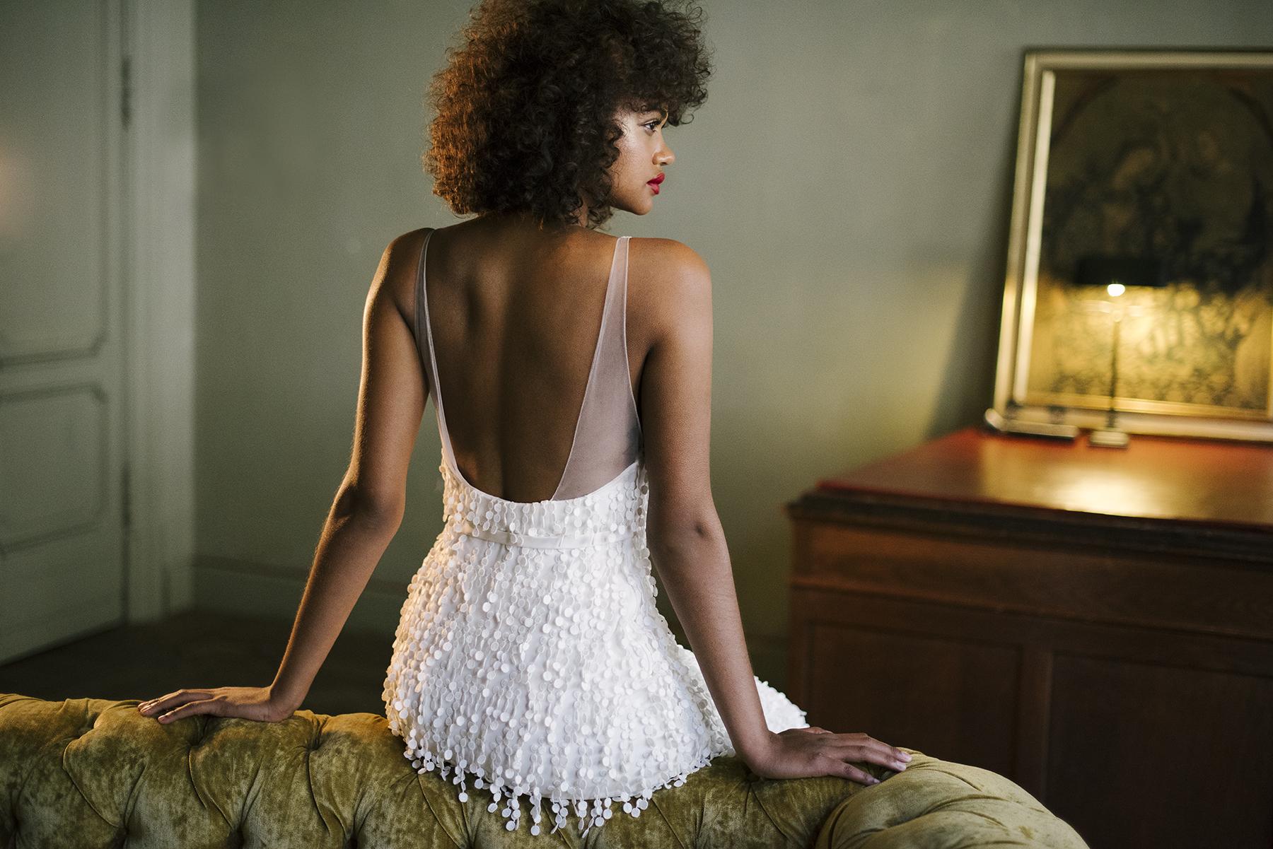 Vous désirez modèle unique? - Pourquoi ne pas créer ensemble avec Valentine la robe de vos rêves? Pas à pas, elle vous guidera dans vos choix de façon à s'assurer que votre robe corresponde exactement à vos désirs et à votre personnalité. À l'aide de croquis, magazines et échantillons de tissus, vous sélectionnerez ensemble tous les composants de votre robe de manière à créer un modèle unique.