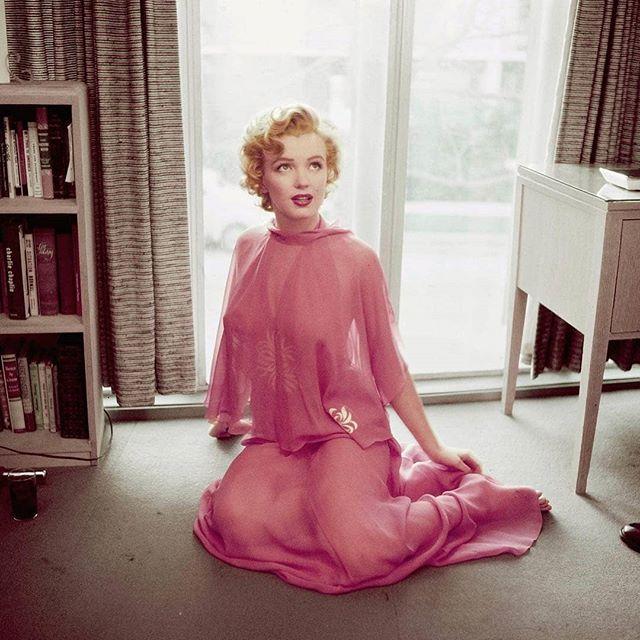 • Being elegant and sensual while covered from head to toe... A lesson of style by Marilyn! ⠀⠀⠀⠀⠀⠀⠀⠀⠀ • Être élégante et sensuelle tout en étant couverte des pieds à la tête... Une leçon de style par Marilyn! ⠀⠀⠀⠀⠀⠀⠀⠀⠀ - Marilyn Monroe, 1952 @vintage ⠀⠀⠀⠀⠀⠀⠀⠀⠀ #vintage #vintagefashion #vintagestyle #marilynmonroe #1952 #50s #timelesselegance