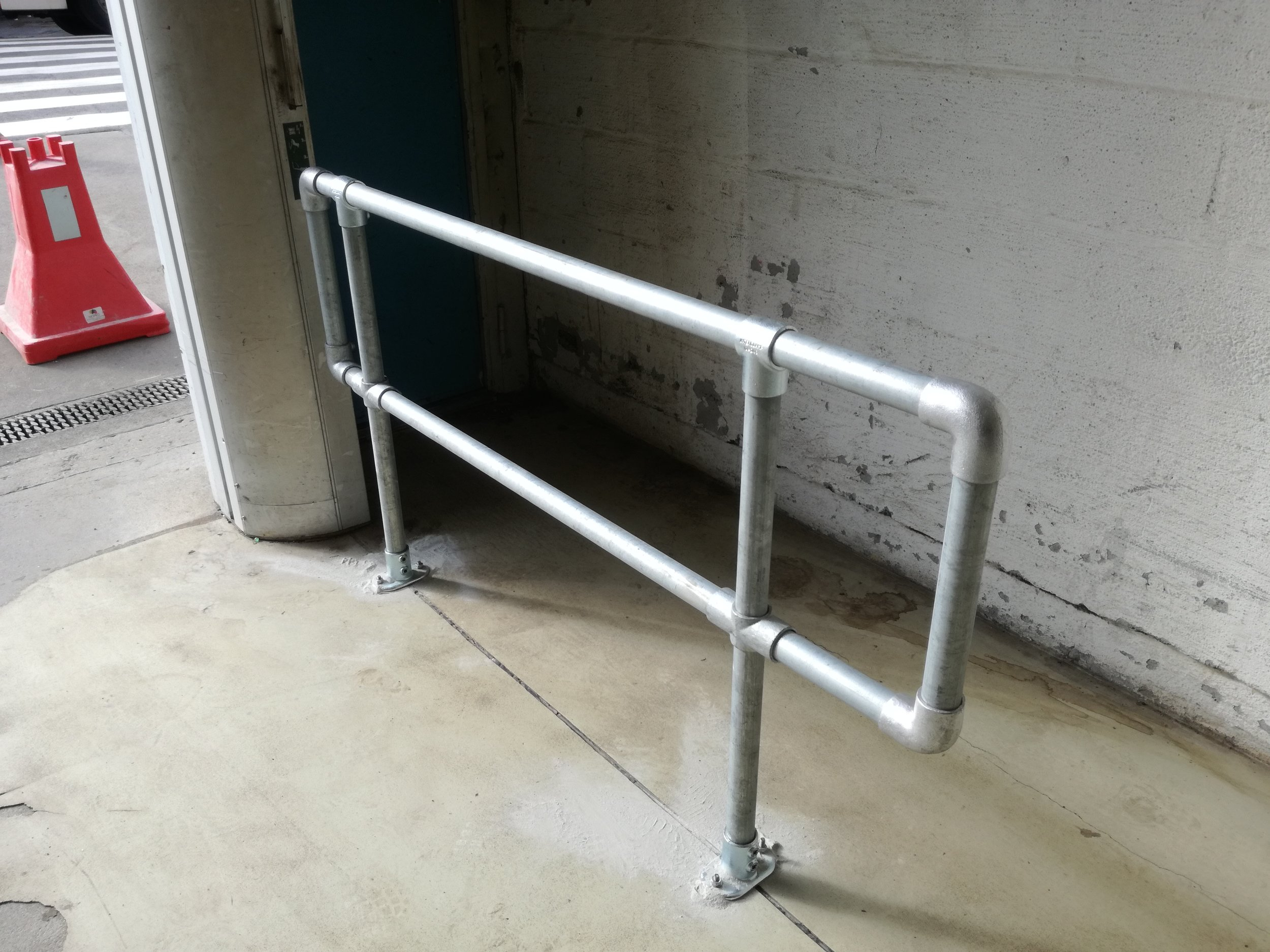 Kee clamp modulrekkverk på mur.jpg
