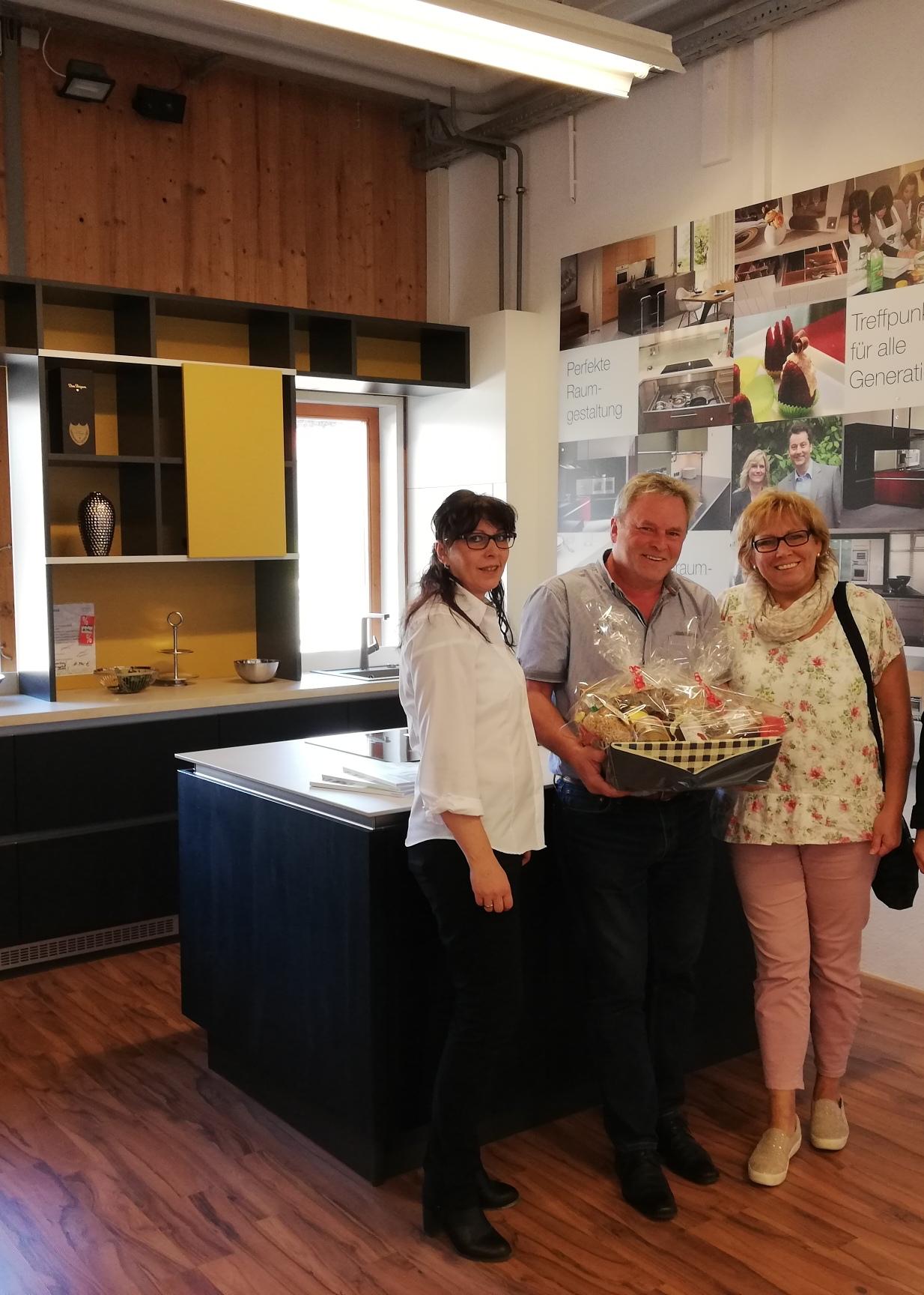 Familie Trost aus Dettingen kam zum Schausonntag und konnte von Gabi Stiefel vom Kundencenter mit einem Geschenkkorb als 1.500 Besucherin begrüßt werden.