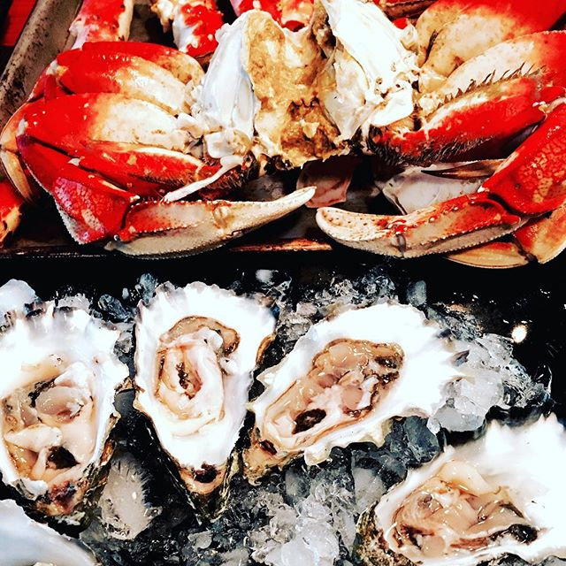 Seafood delight in the mountains of central Idaho. Always amazes me that we have access to such outstanding products and goods. #gratitude #oystersonthehalfshell #kissoflemon #sundayfunday #lifecelebrations #dungeness #kingcrab #handpicked #sagittarian @amyswholefoodcreations #hanginoutwithmybabe