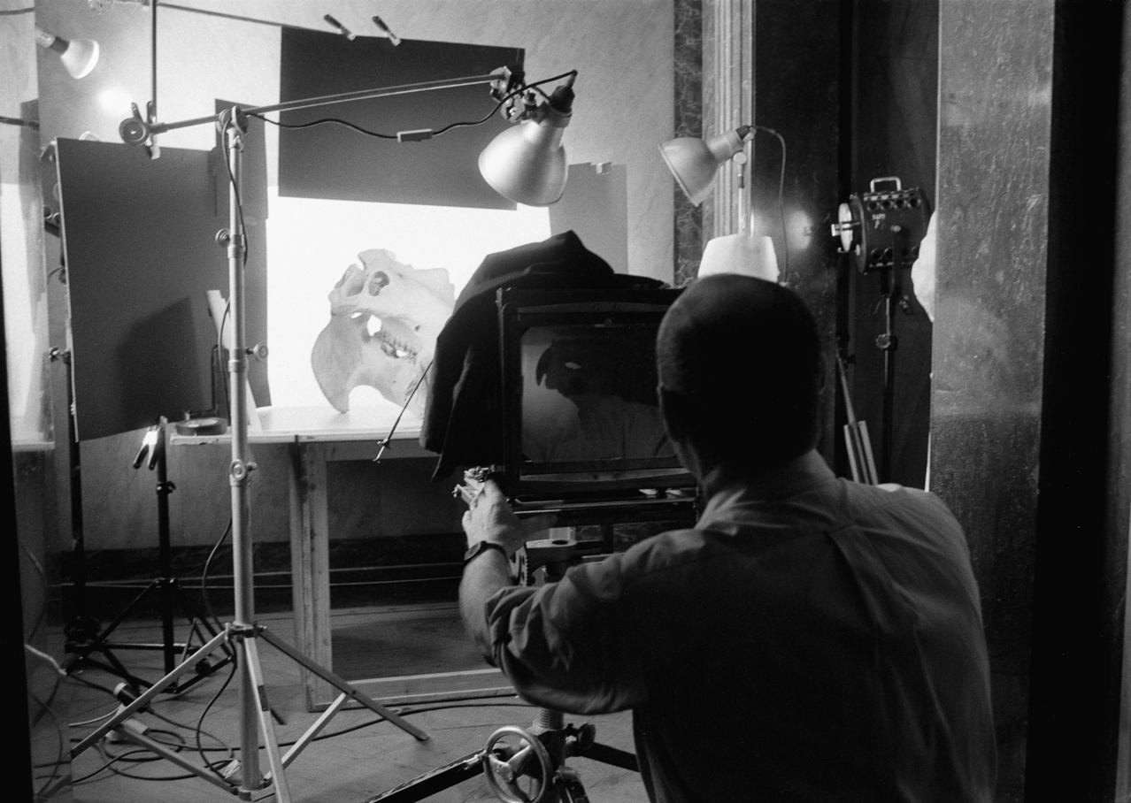 Lennart Durehed,  Irving Penn photographing in Národni Museum , Prague, 1986. © Lennart Durehed