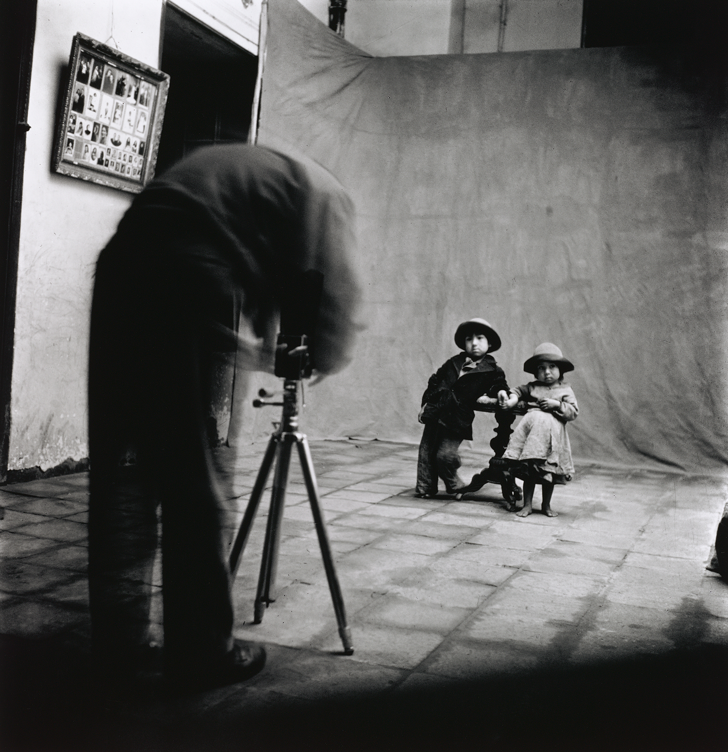 Unknown photographer,  Irving Penn at work in Cuzco , 1948. © The Irving Penn Foundation