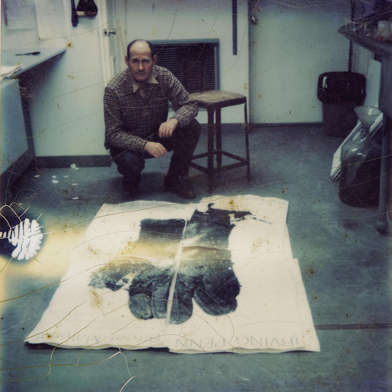 Lisa Fonssagrives-Penn,  Irving Penn with  Mud Glove  in his darkroom , Huntington, NY, ca. 1976. © The Lisa Fonssagrives-Penn Trust