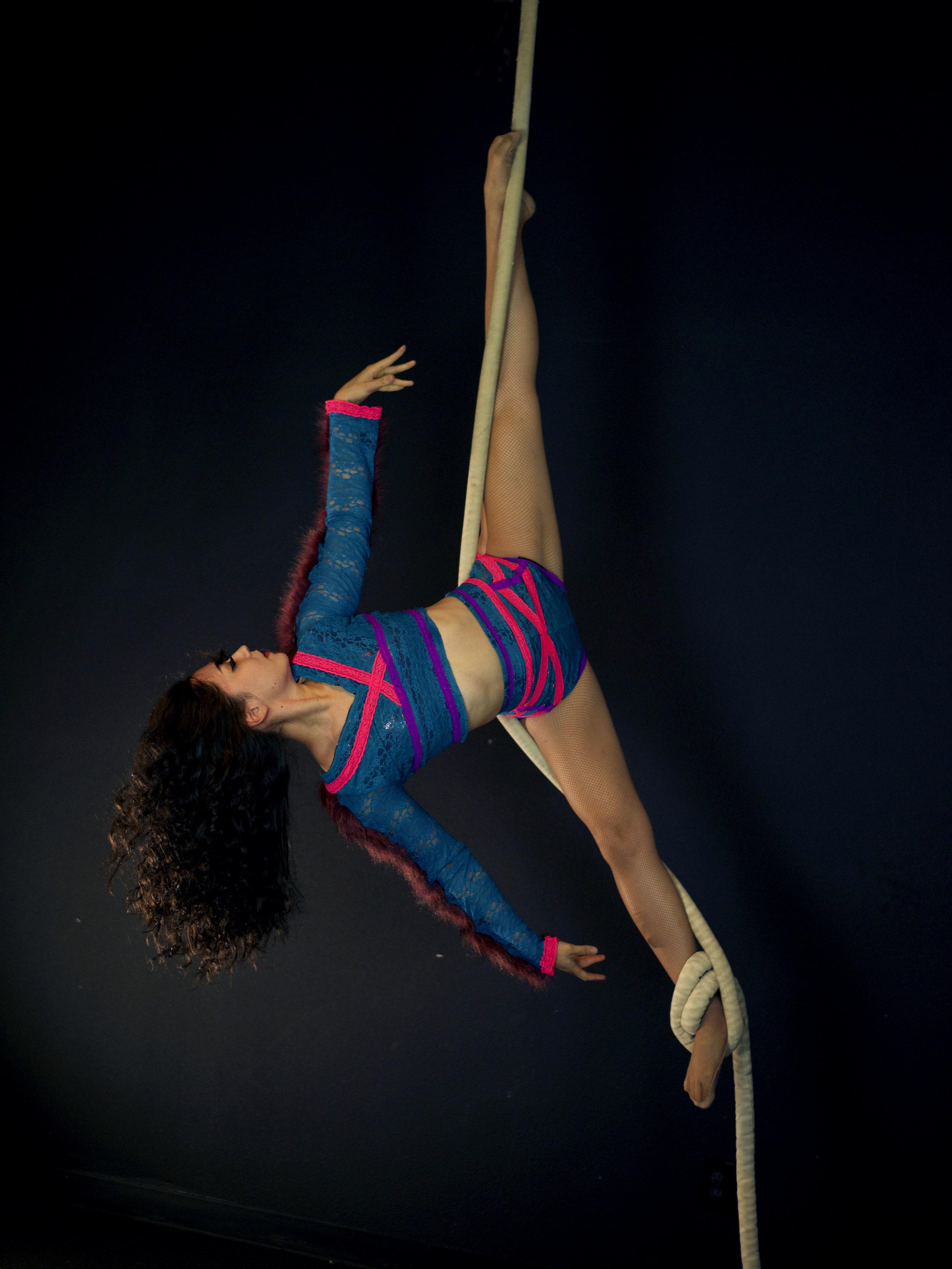Wrara Plesoiu Aerial Rope splits pose