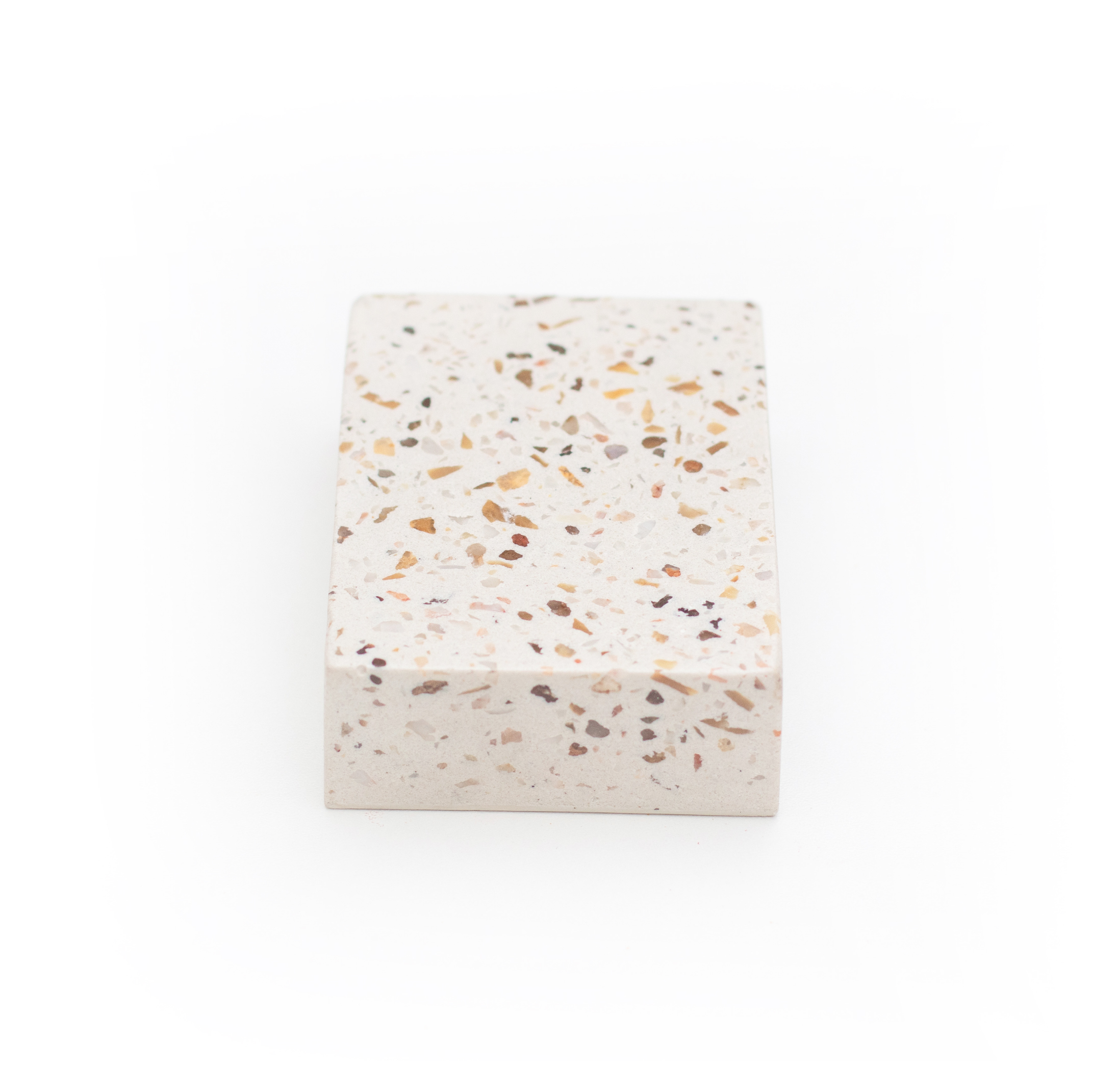 granilite branca com pedras creme, brancas e cinza - cod grow03