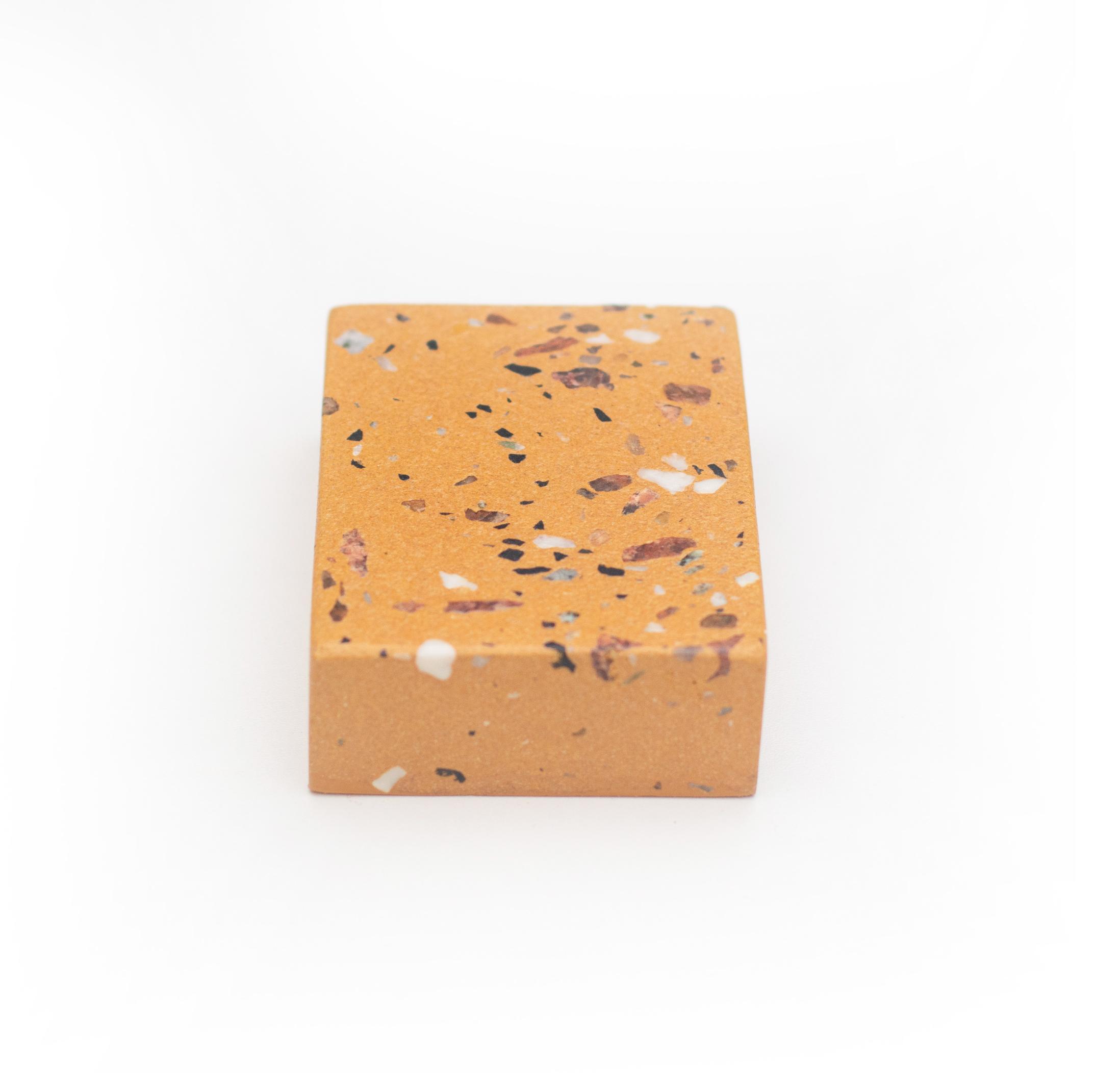 granilite creme com pedras vermelhas, pretas e brancas - cod gra01
