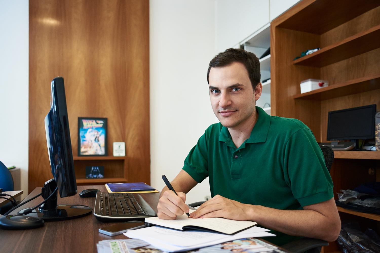 Alexandre no escritório da Pedala. | Foto: Bruno Fujii para NESsT