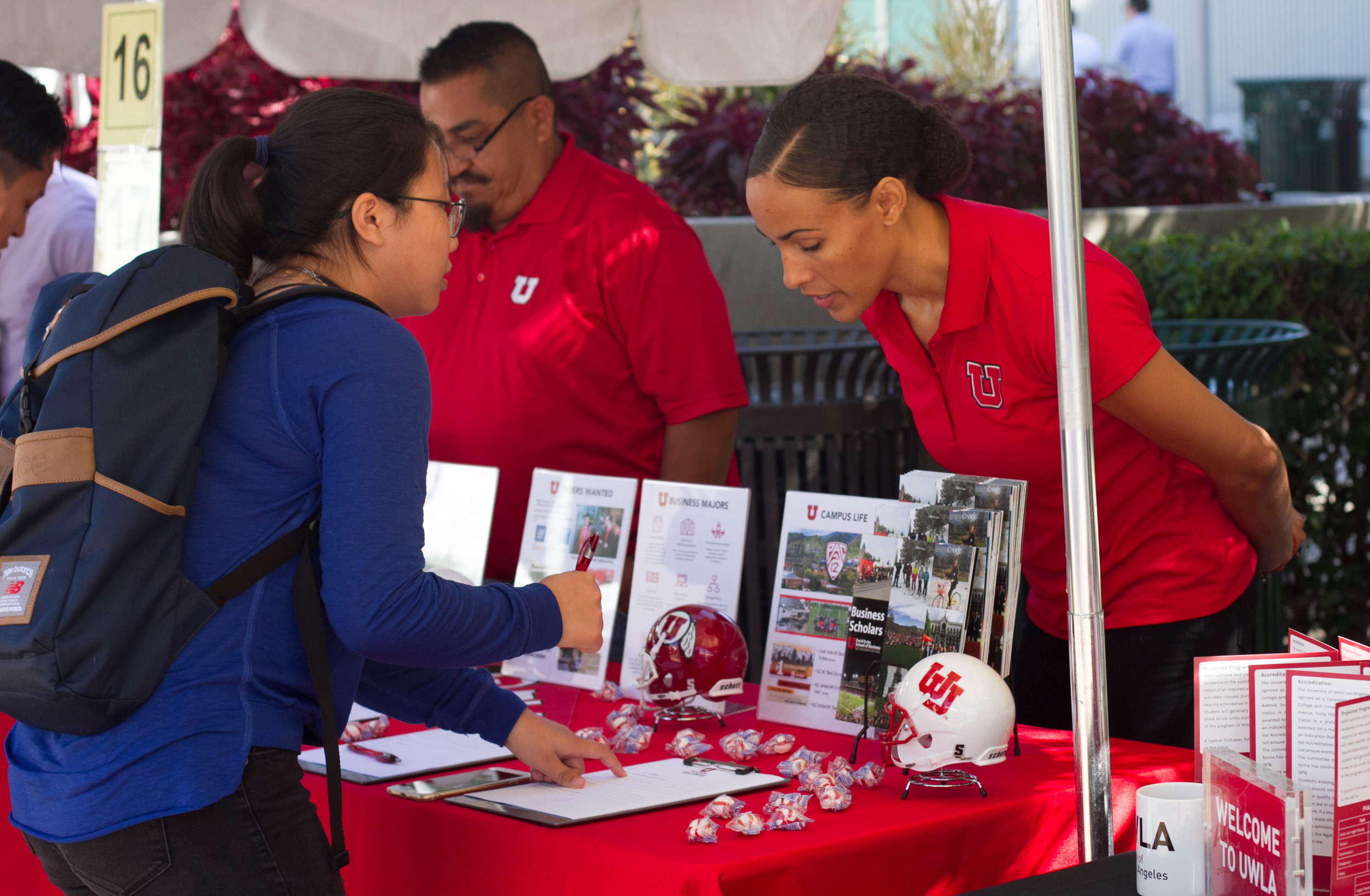 University of Utah Representative Kena Fuller (Right) helps Santa Monica College student Claire Wang (Left) to sign up for the Business Program offered at University of Utah at the College Fair in Santa Monica College in Santa Monica, Calif., October 10, 2017. (Photo By: Ripsime Avetisyan/Corsair Staff)