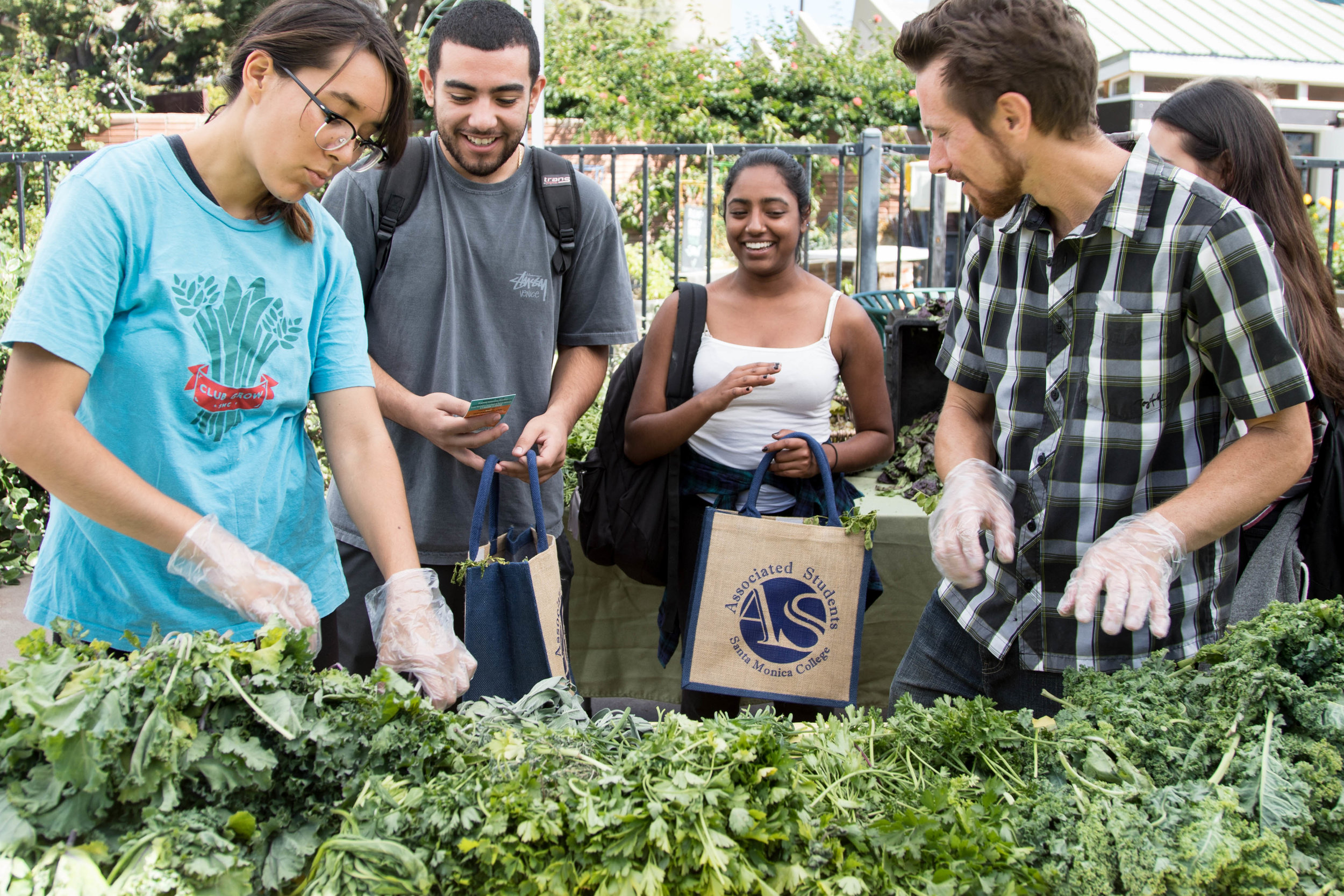 The Free Corsair Farmers Market provides students with vegetables and fruits from local Santa Monica farmers markets. On October 16, 2017 during Sustainabilty week at Santa Monica College, the market expanded their usual  smaller scale set-up that's usually open every Wednesday in Santa Monica, Calif. (Photo: Jazz Shademan)