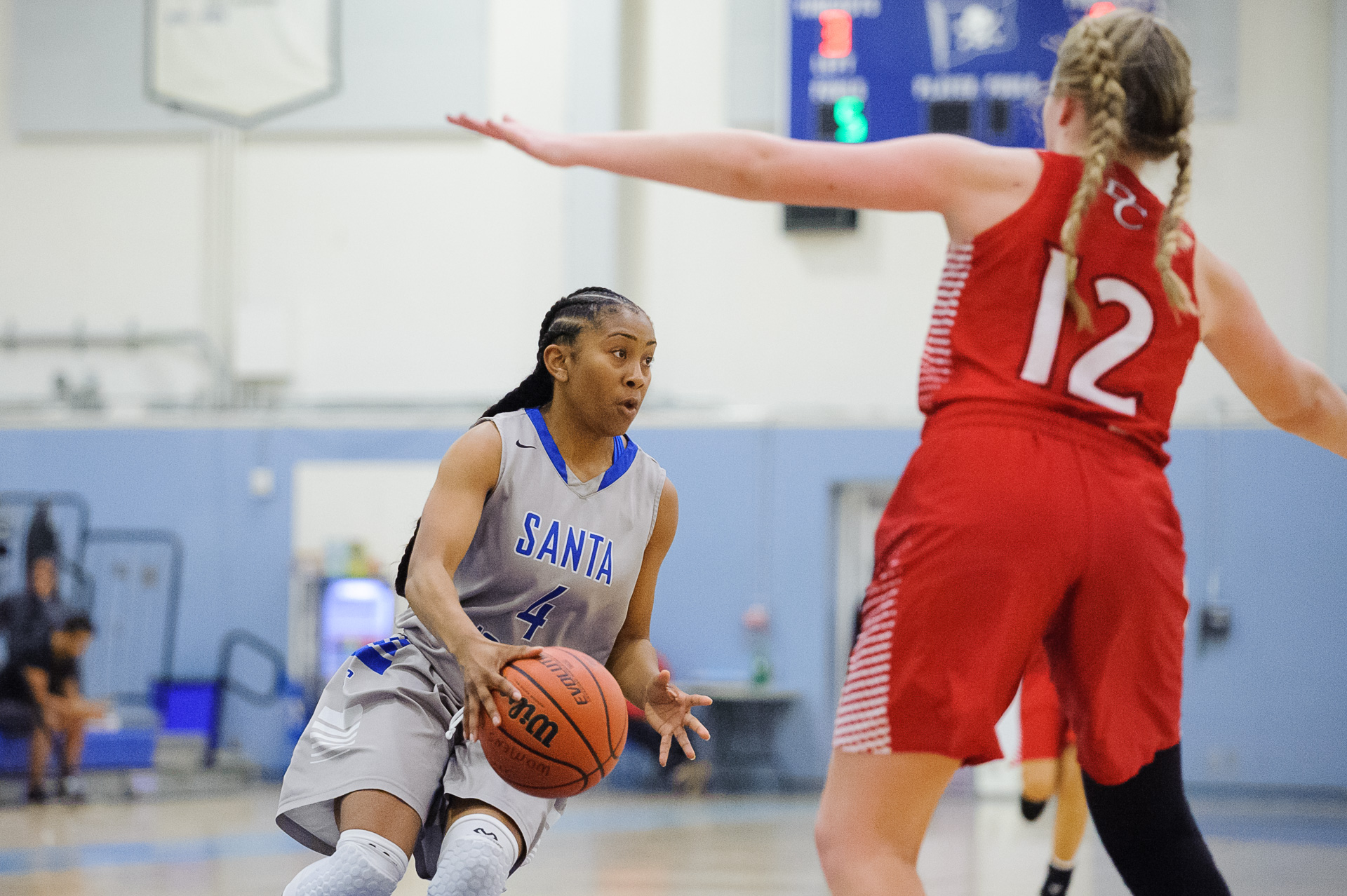 Guard Lisa Hall (4,Left) of Santa Monica College prepares to make a pass while being guarded by Angie Kroeger (12,Right) of Bakersfield College. The Santa Monica College Corsairs lose the game 62-72 to the Bakersfield College Renegades. The game was held at the SMC Pavilion at the Santa Monica College Main Campus in Santa Monica, Calif.. January 20, 2018. (Photo by: Justin Han/Corsair Staff)